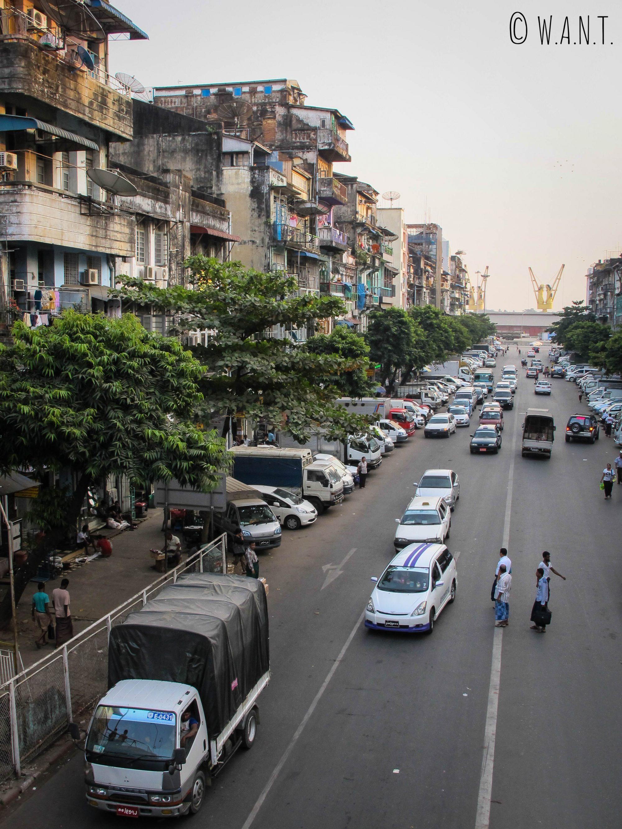 Animations matinales dans les rues de Yangon