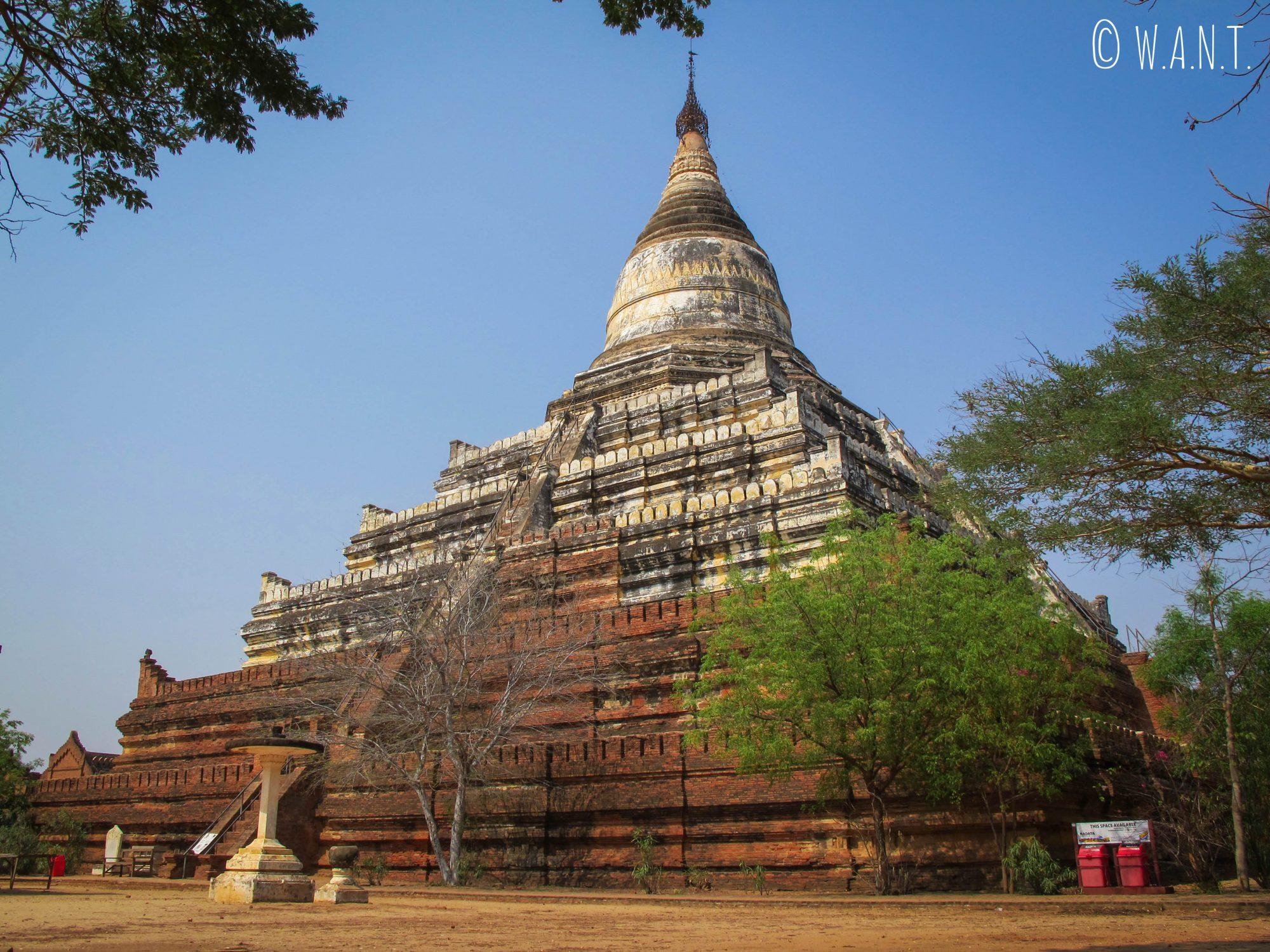 Au pieds de la pagode Shwesandaw