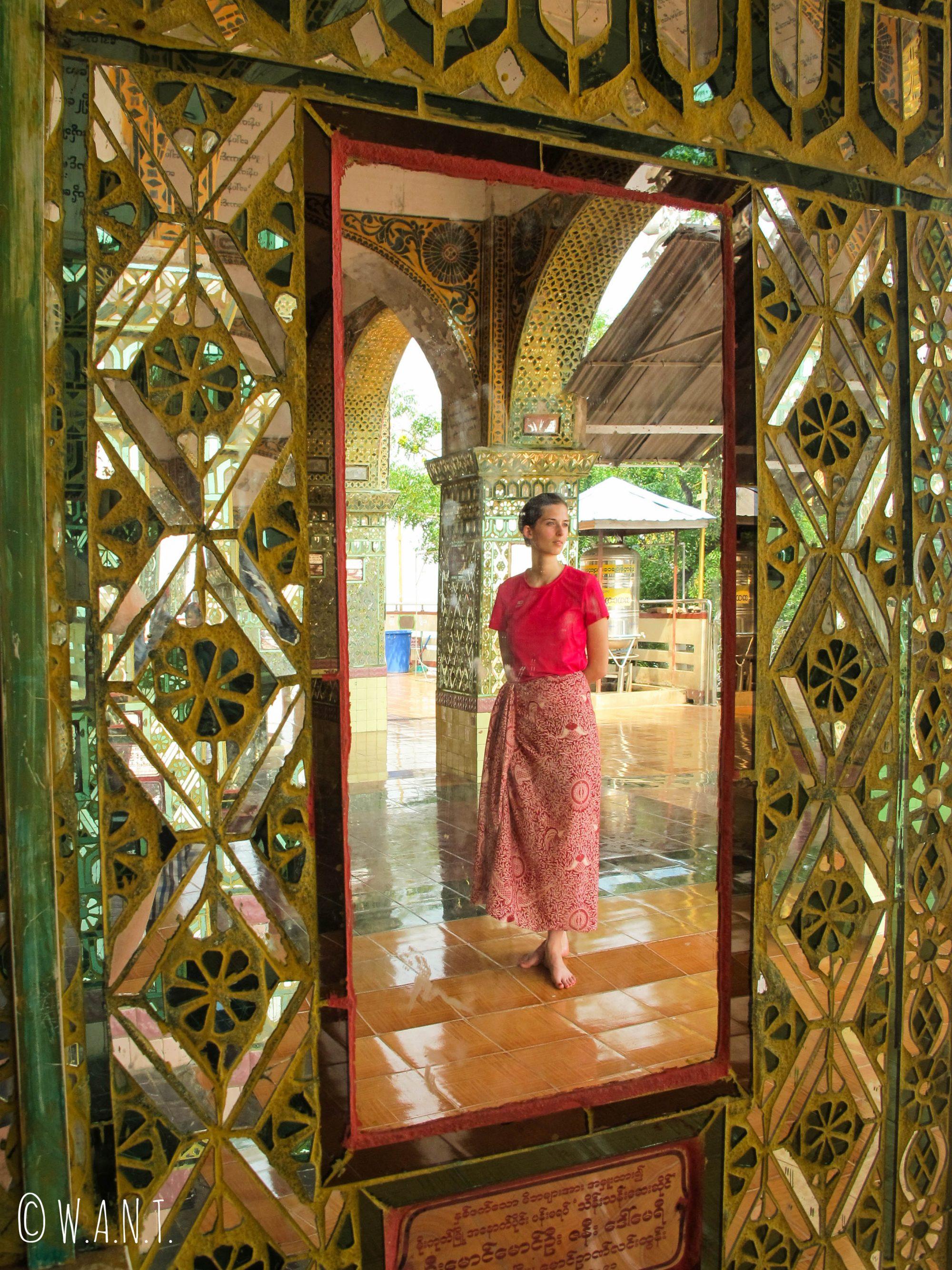 Portrait de Marion dans la réflexion des mosaïques de la pagode de Mandalay Hill