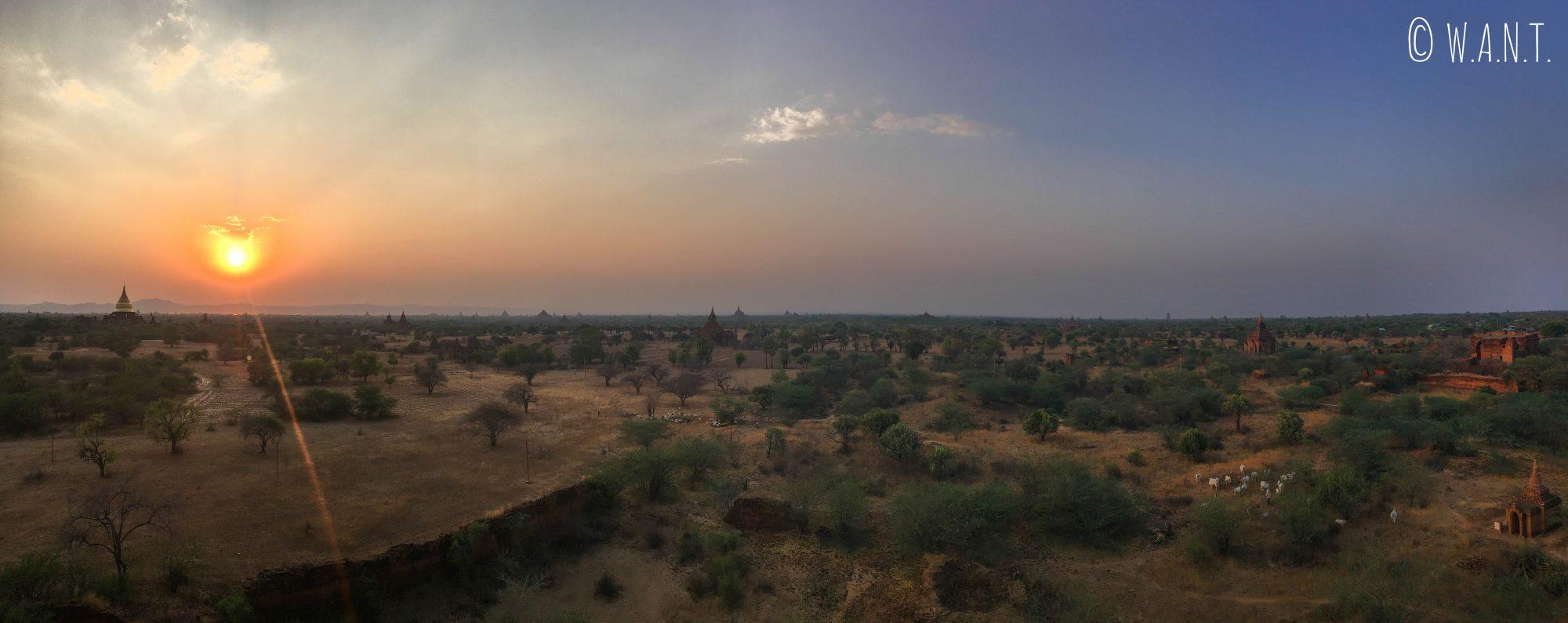 Coucher de soleil depuis le temple Thisa-Wadi