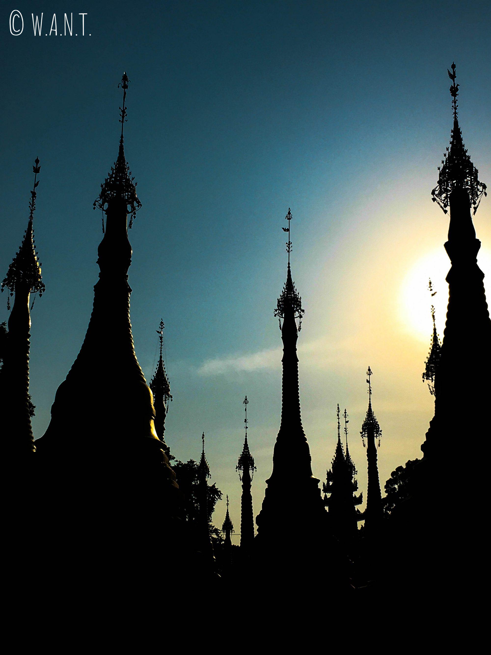 Coucher de soleil sur la pagode Shwe oo min