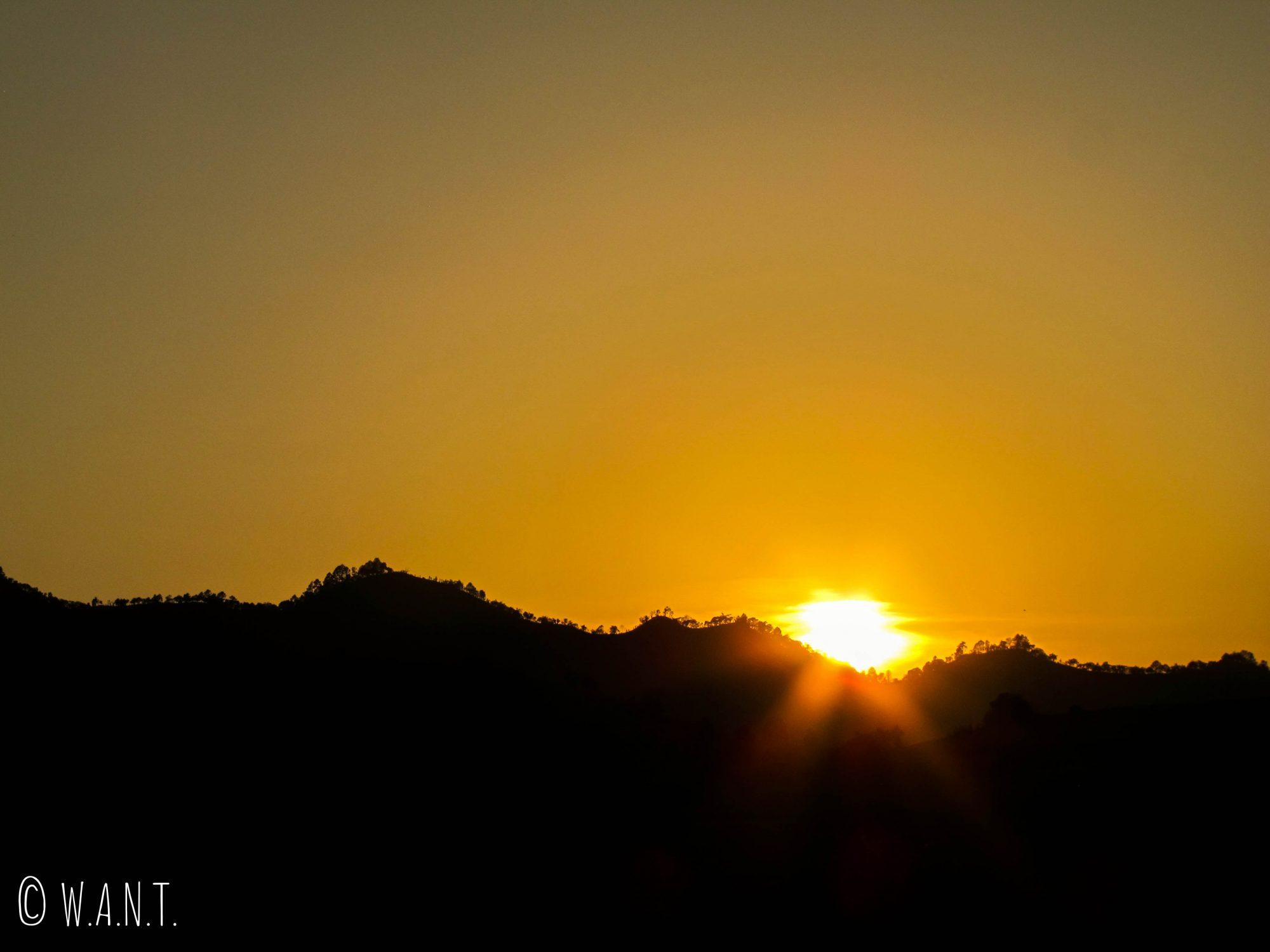 Coucher de soleil sur les montagnes environnantes