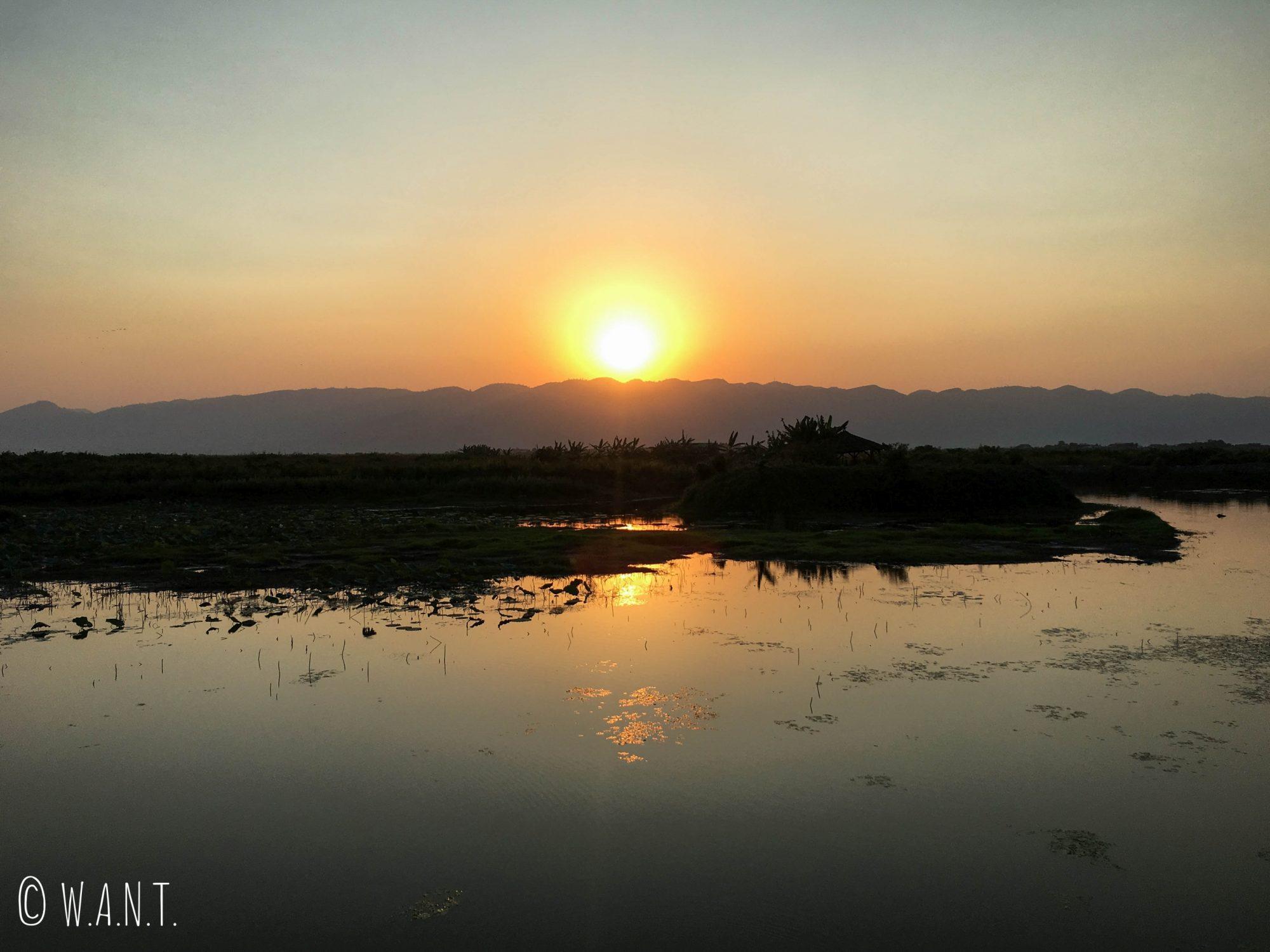 Coucher du soleil depuis notre chalet sur le Lac Inle