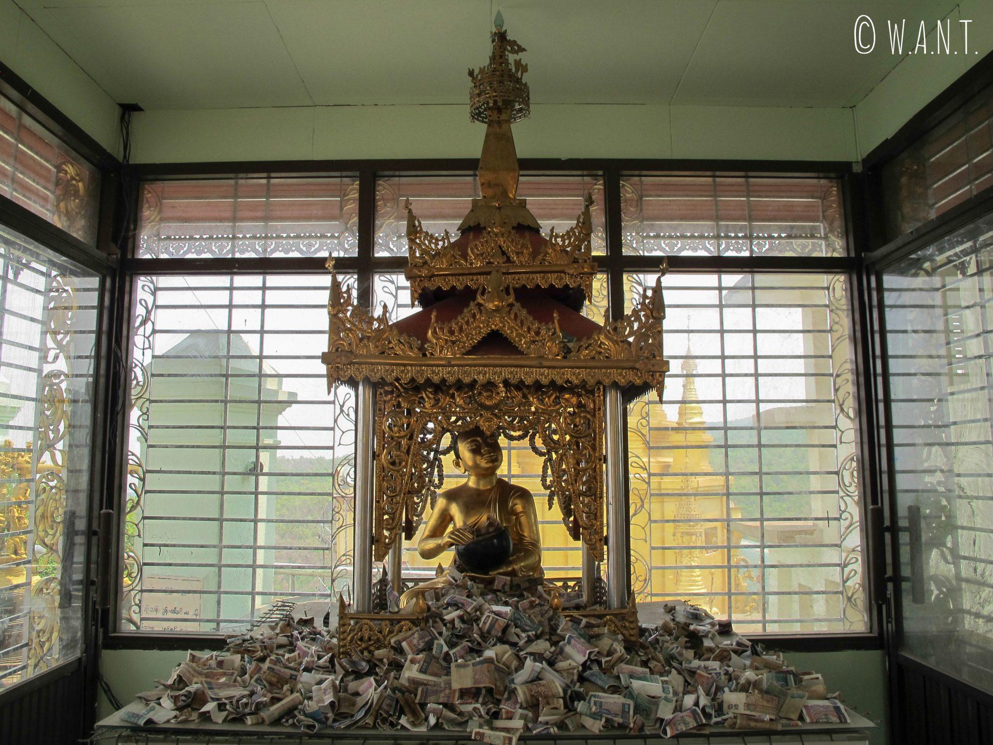 Donations et statue de Bouddha au sommet du mont Popa