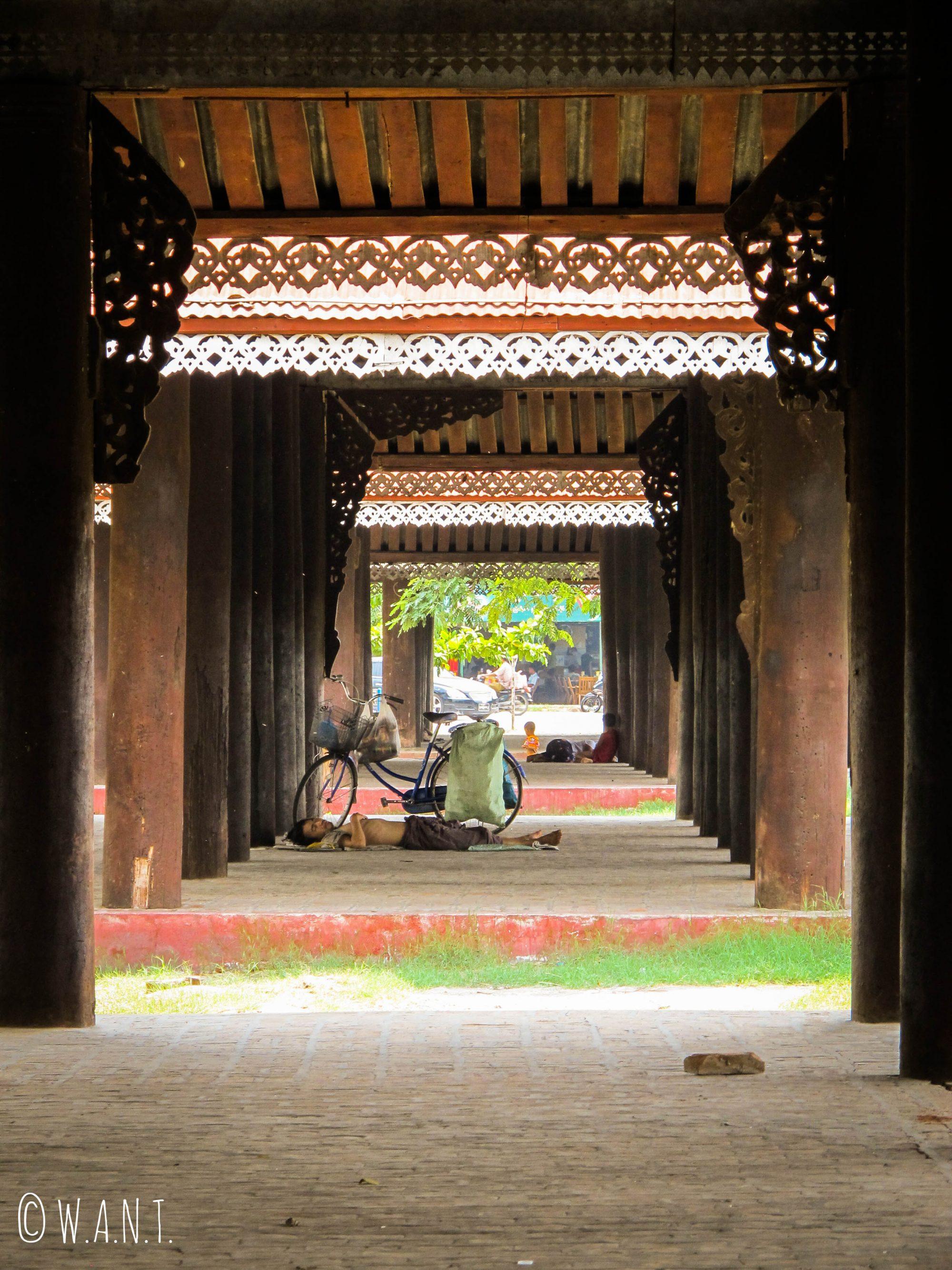 Dormeur du matin dans les rues de Mandalay