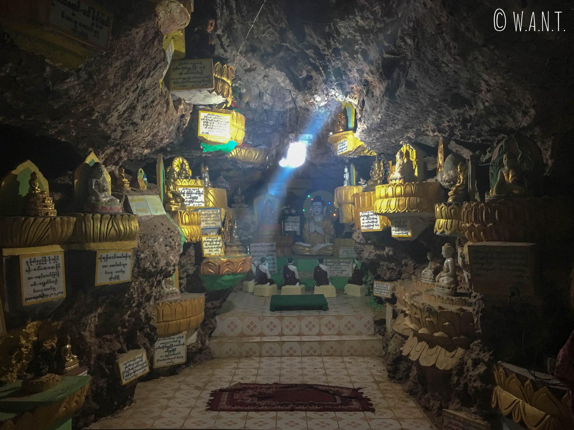 Echantillons de statues de Bouddha dans la grotte de la pagode Shwe oo min