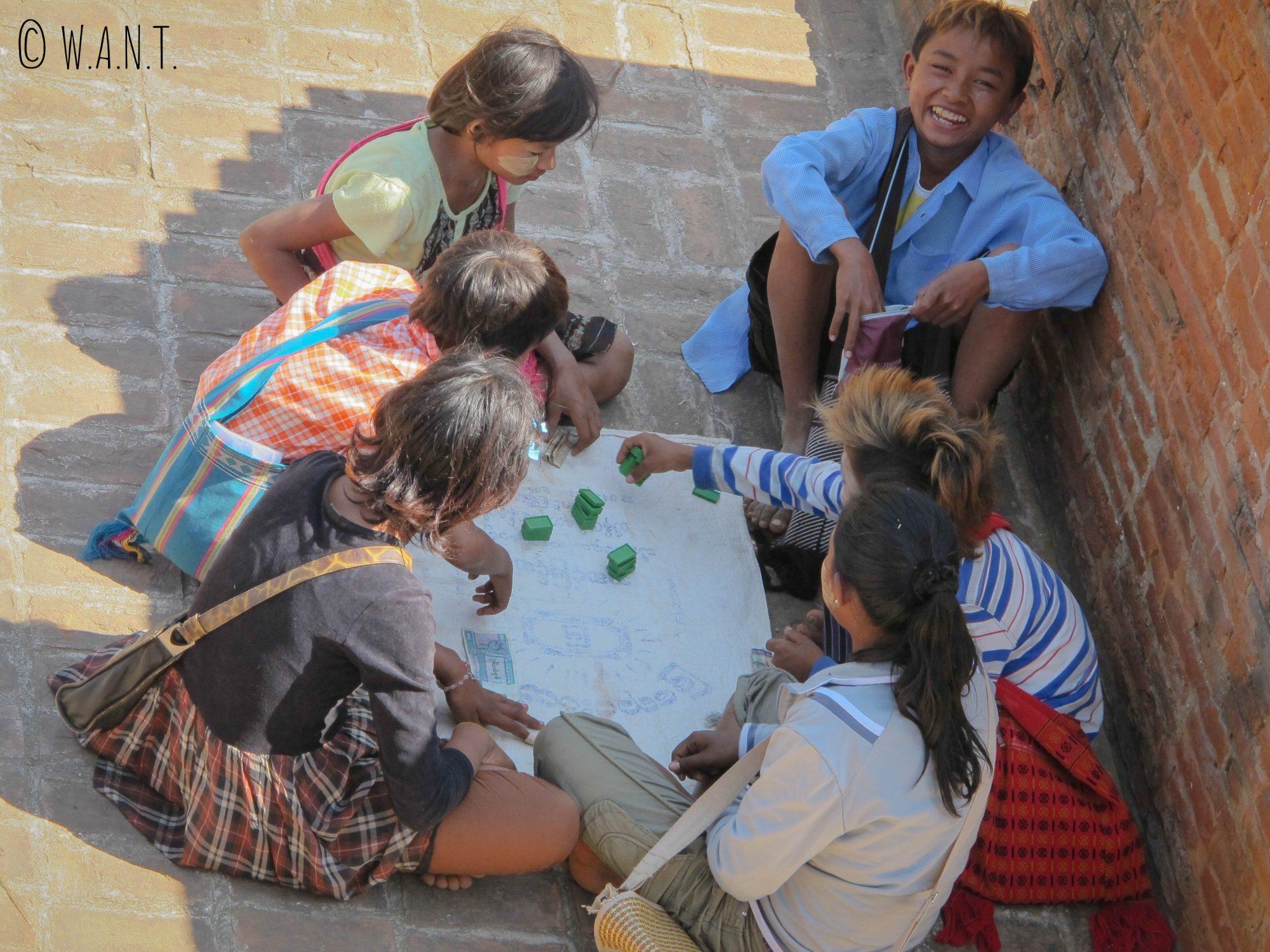 Enfants jouant dans les temples