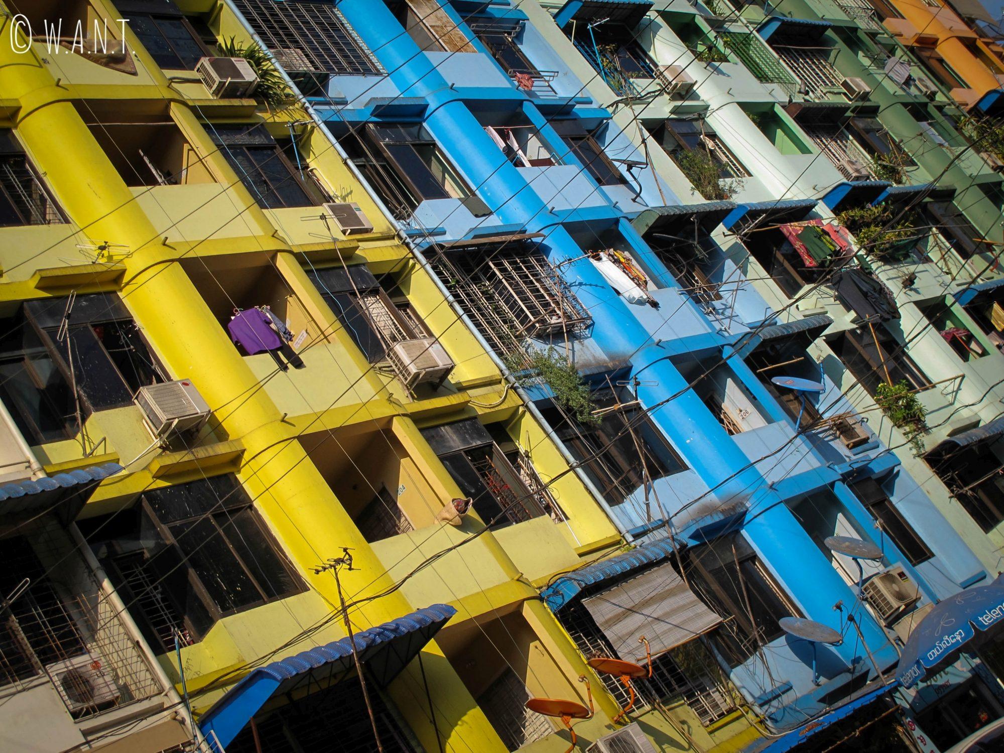 Façades colorées dans les rues de Yangon