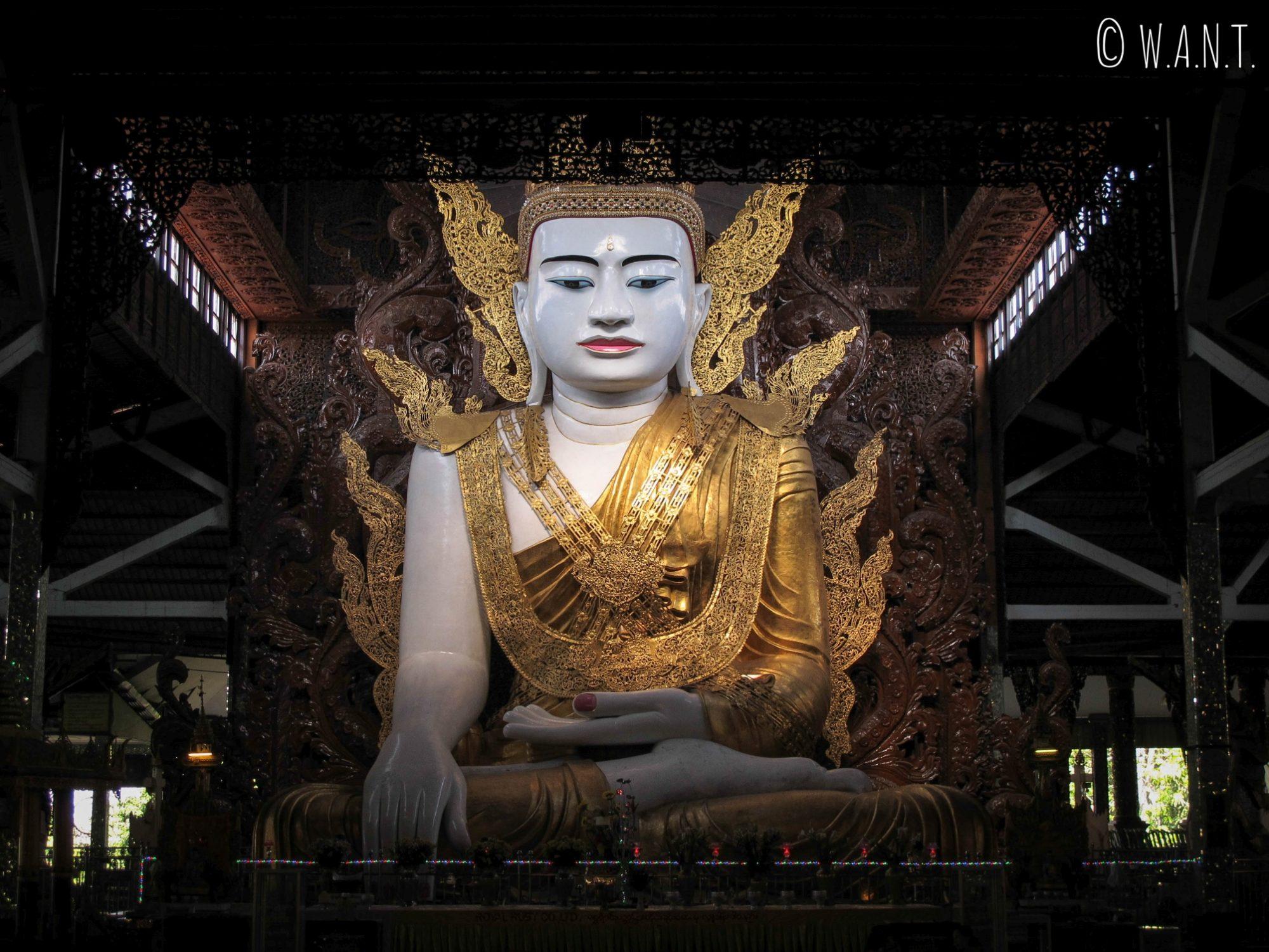 Gigantesque Bouddha au temple Ngar Htat Gyi
