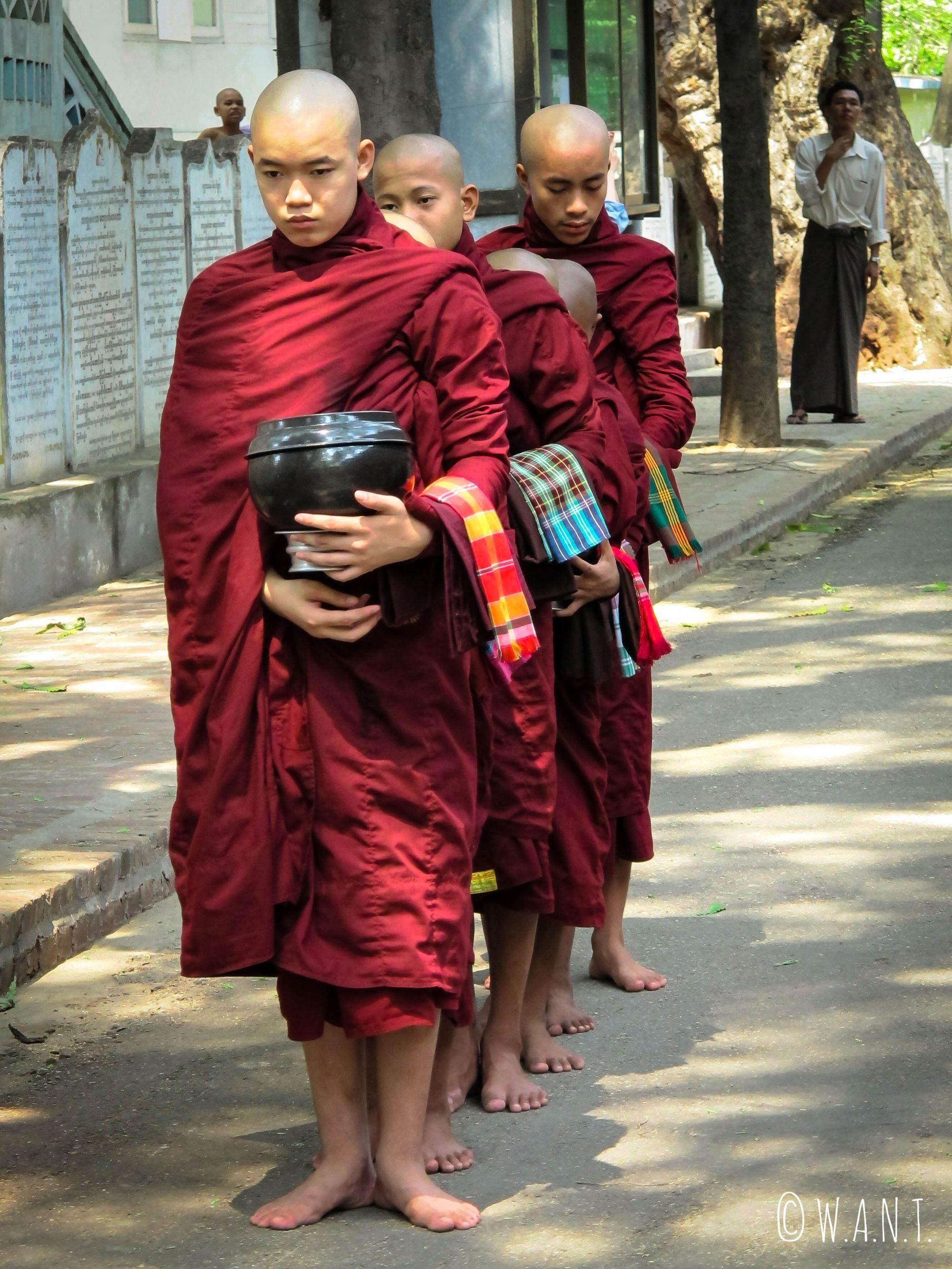Heure du repas au monastère Maha Ganayon Kyaung