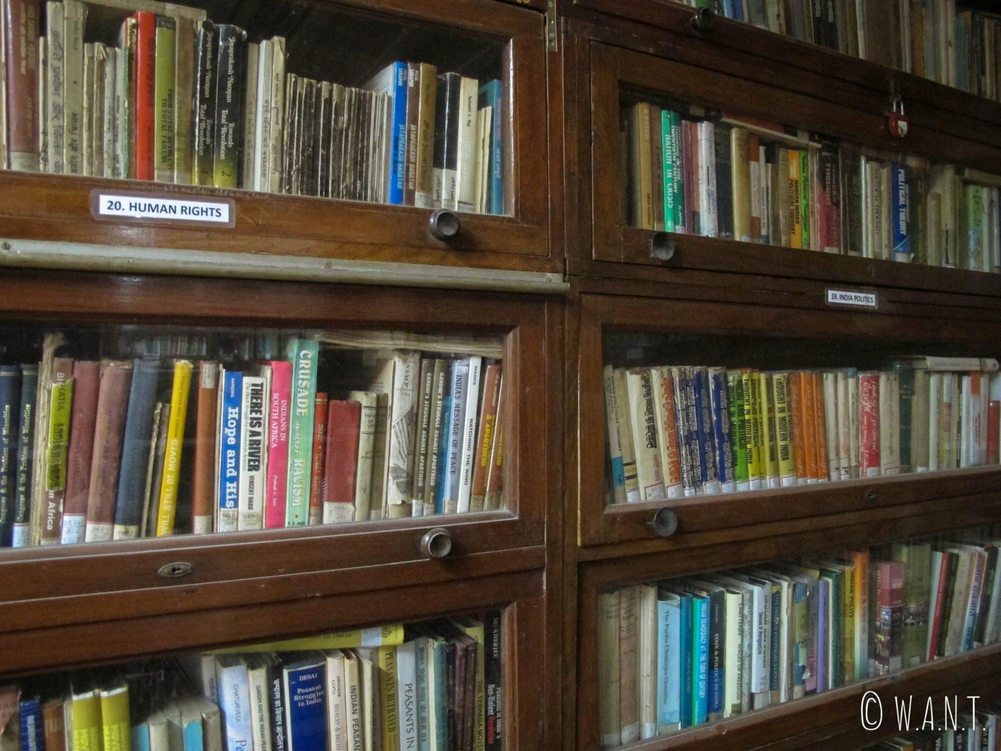 La bibliothèque de la maison de Gandhi comporte un ensemble d'ouvrages impressionnant