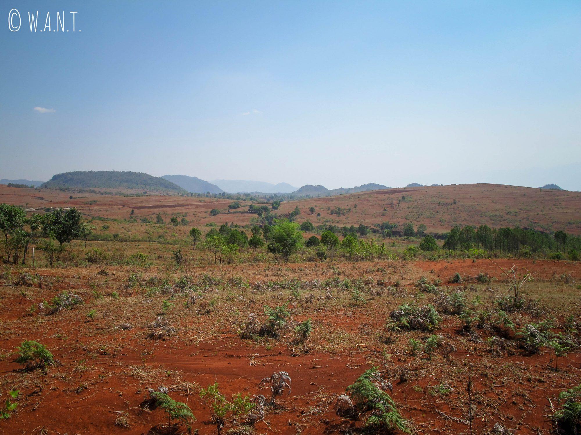 La terre rouge battue est caractéristique de cette dernière partie du trek