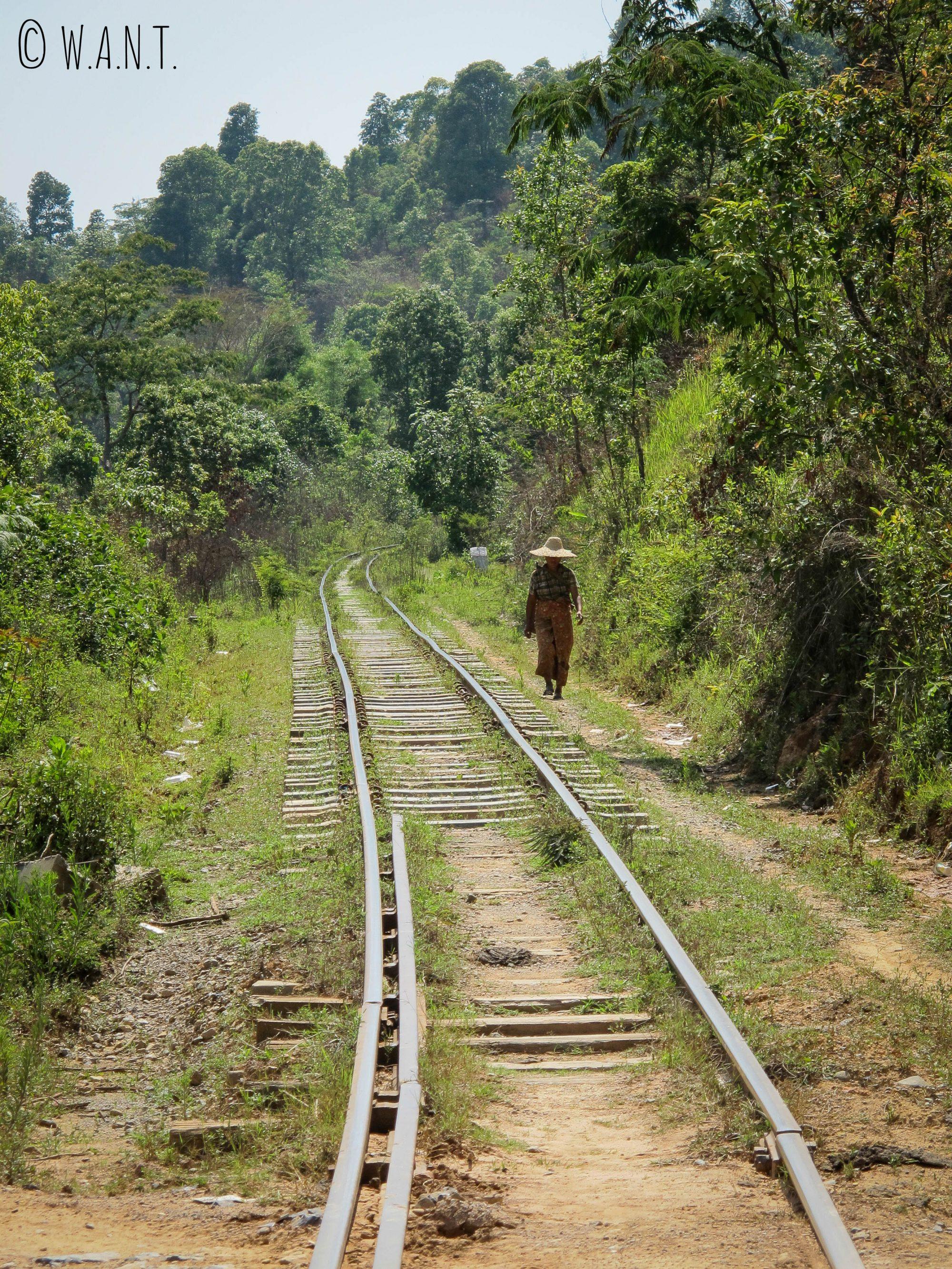 La voie ferrée est empruntée également à pieds