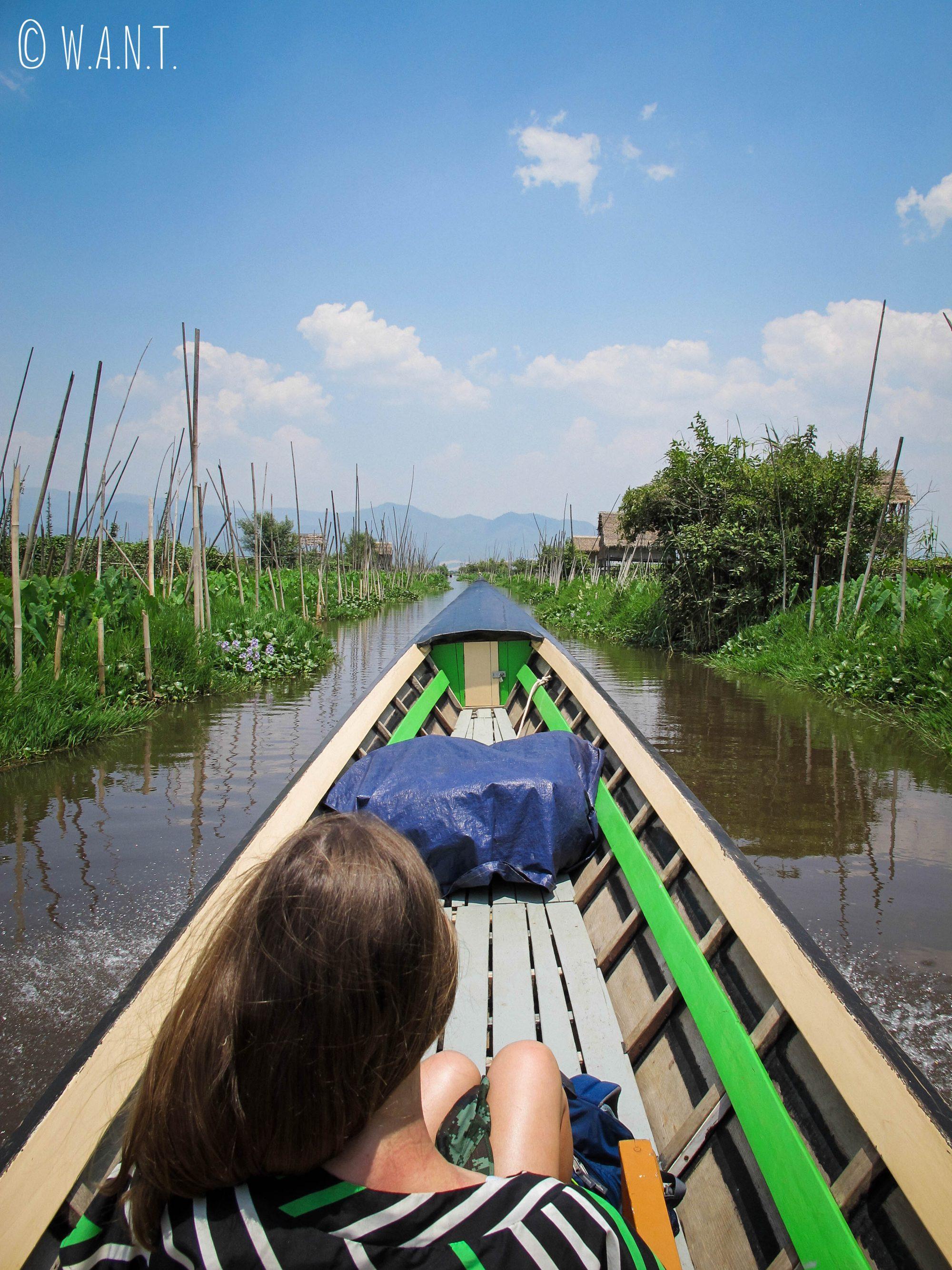 Le canal est bordé par les jardins flottants et maisons sur pilotis