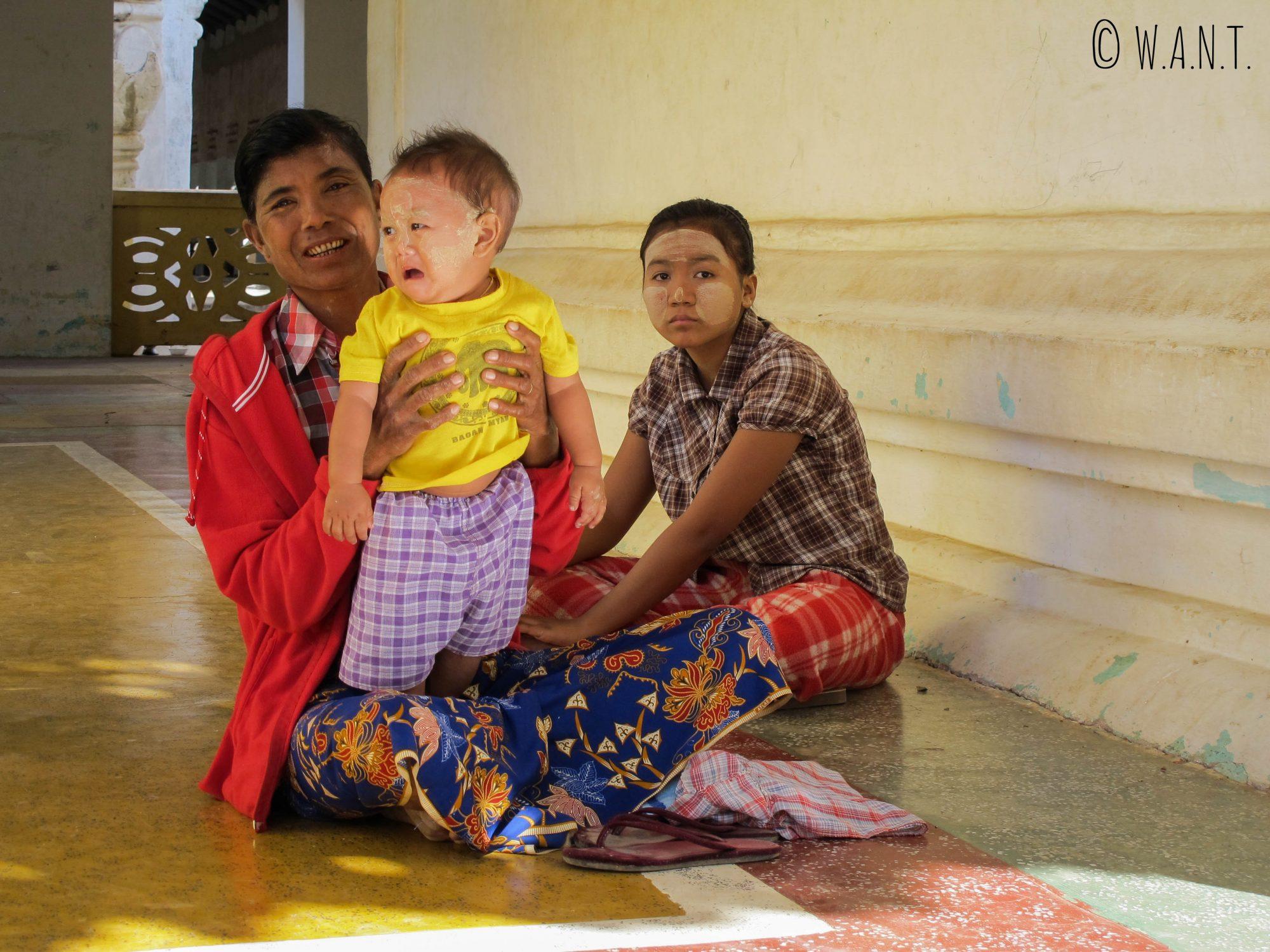 Les birmans viennent en famille au temple se protéger de la chaleur