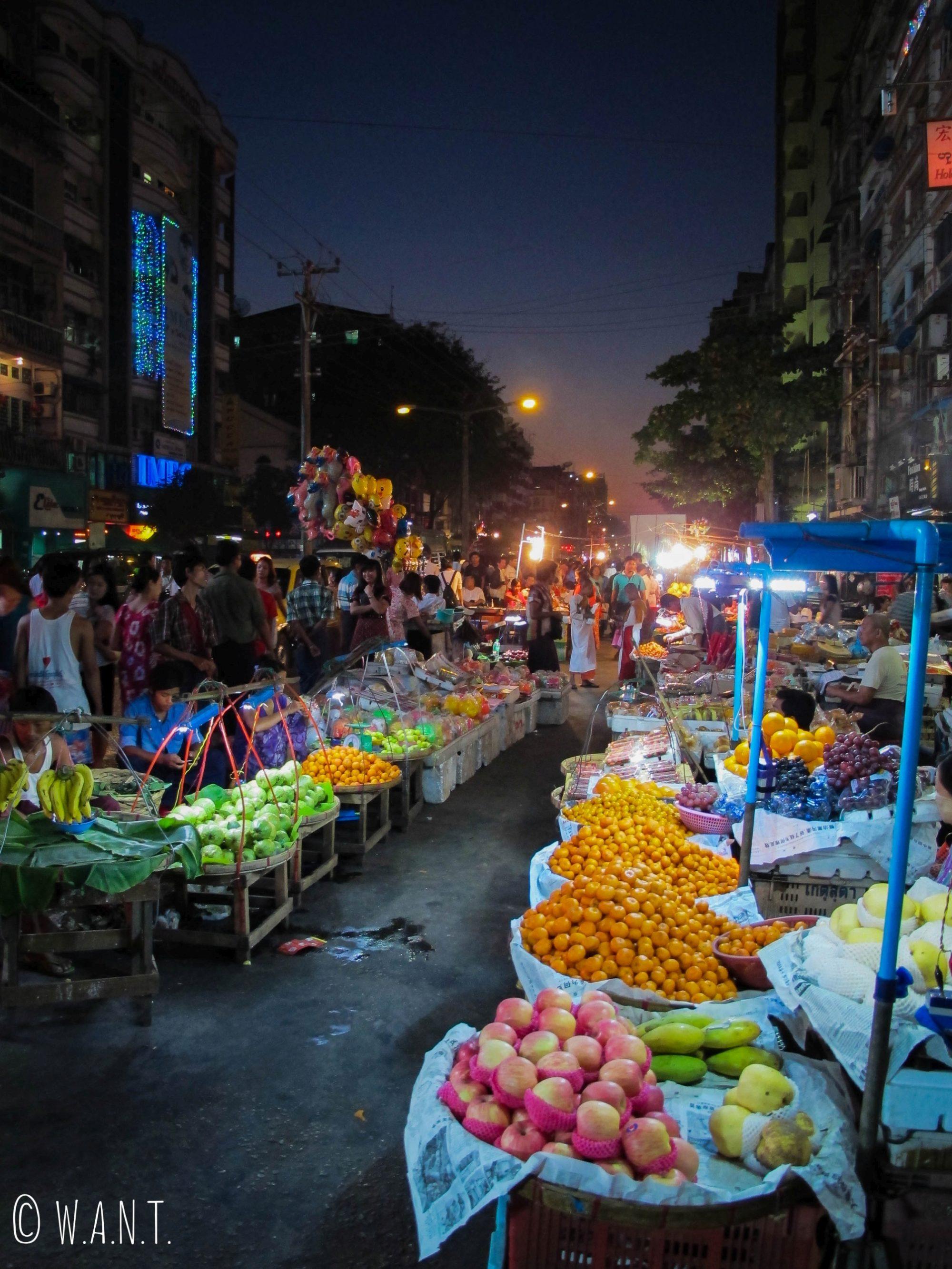 Marchés locaux dans les rues de Yangon