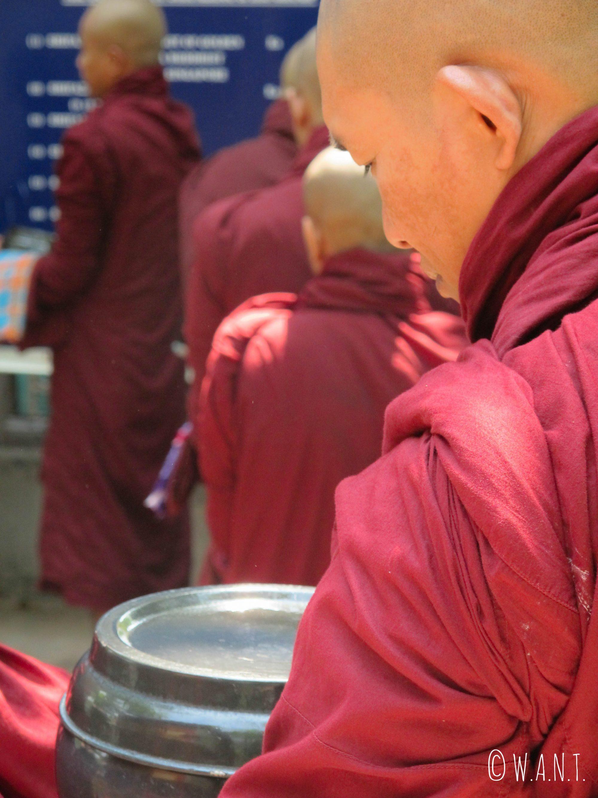 Les moines du monastère Maha Ganayon Kyaung font la queue en attendant que le repas leur soit servi