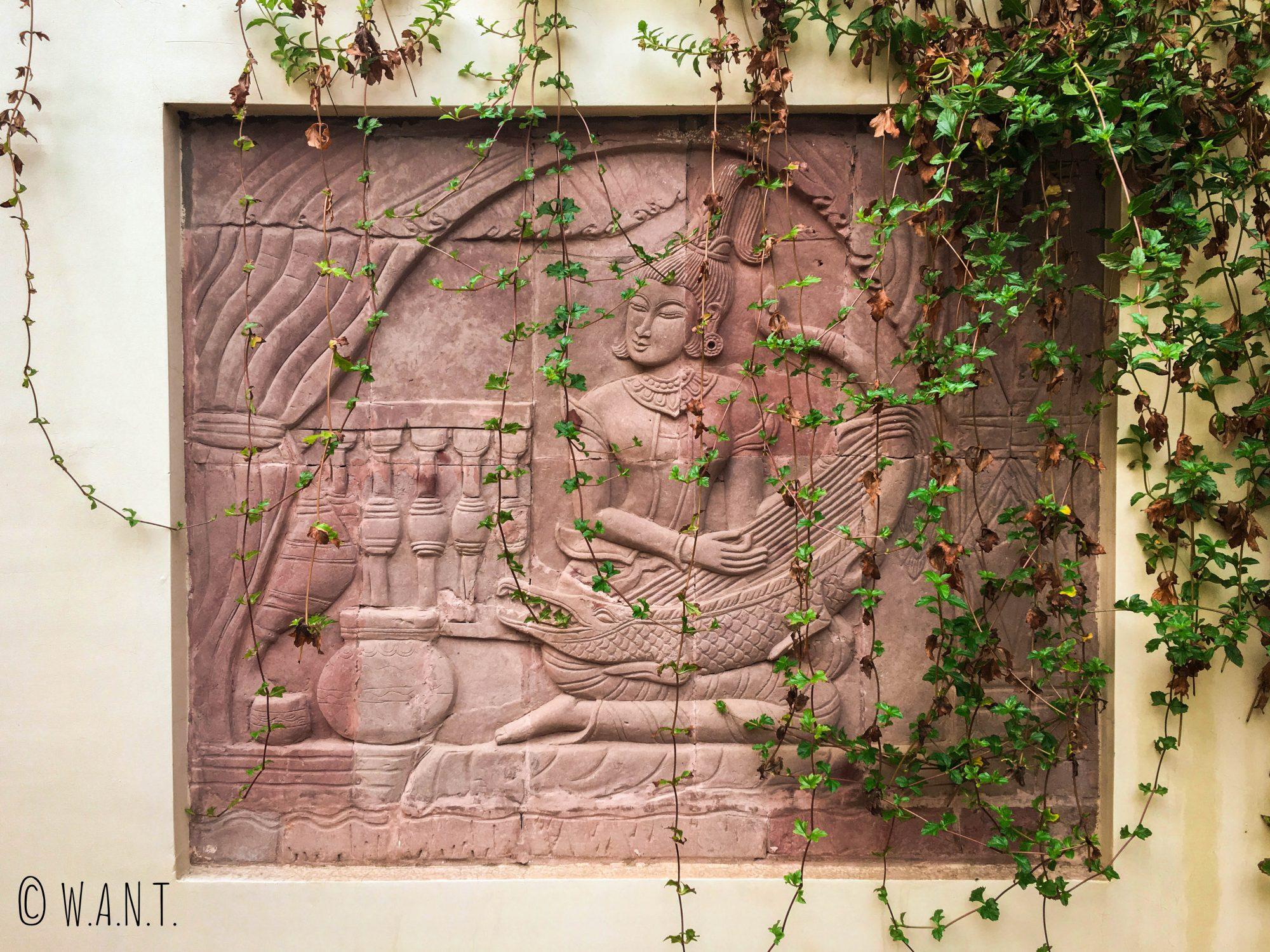 Mosaïque de pierre en bord de piscine