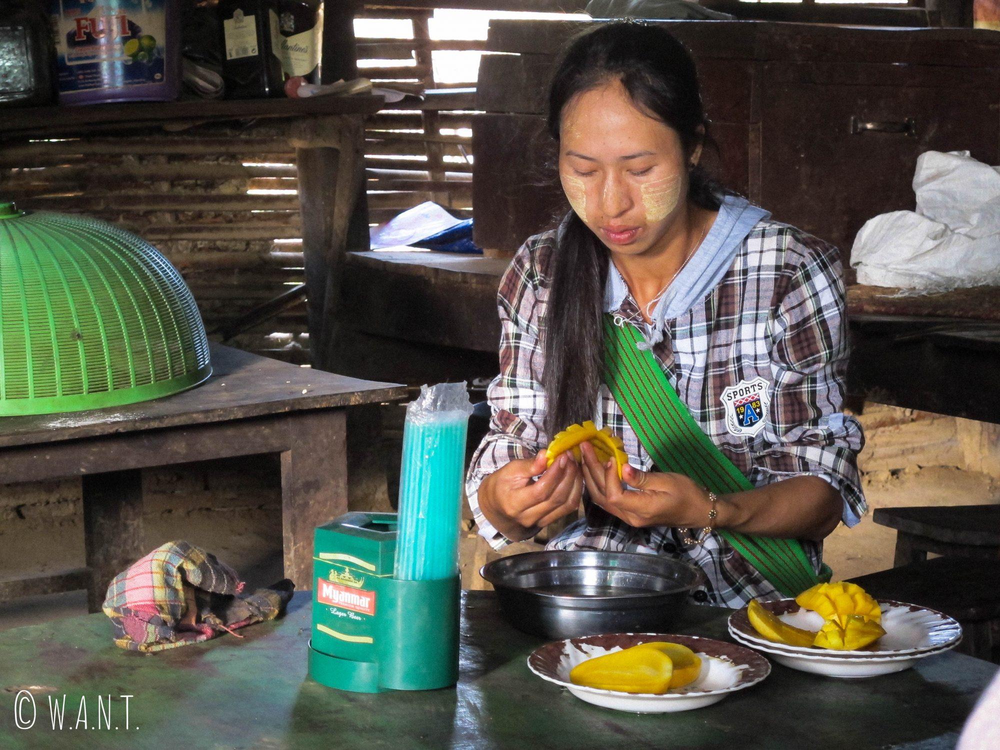 Notre guide Nambo prépare les mangues pour le déjeuner