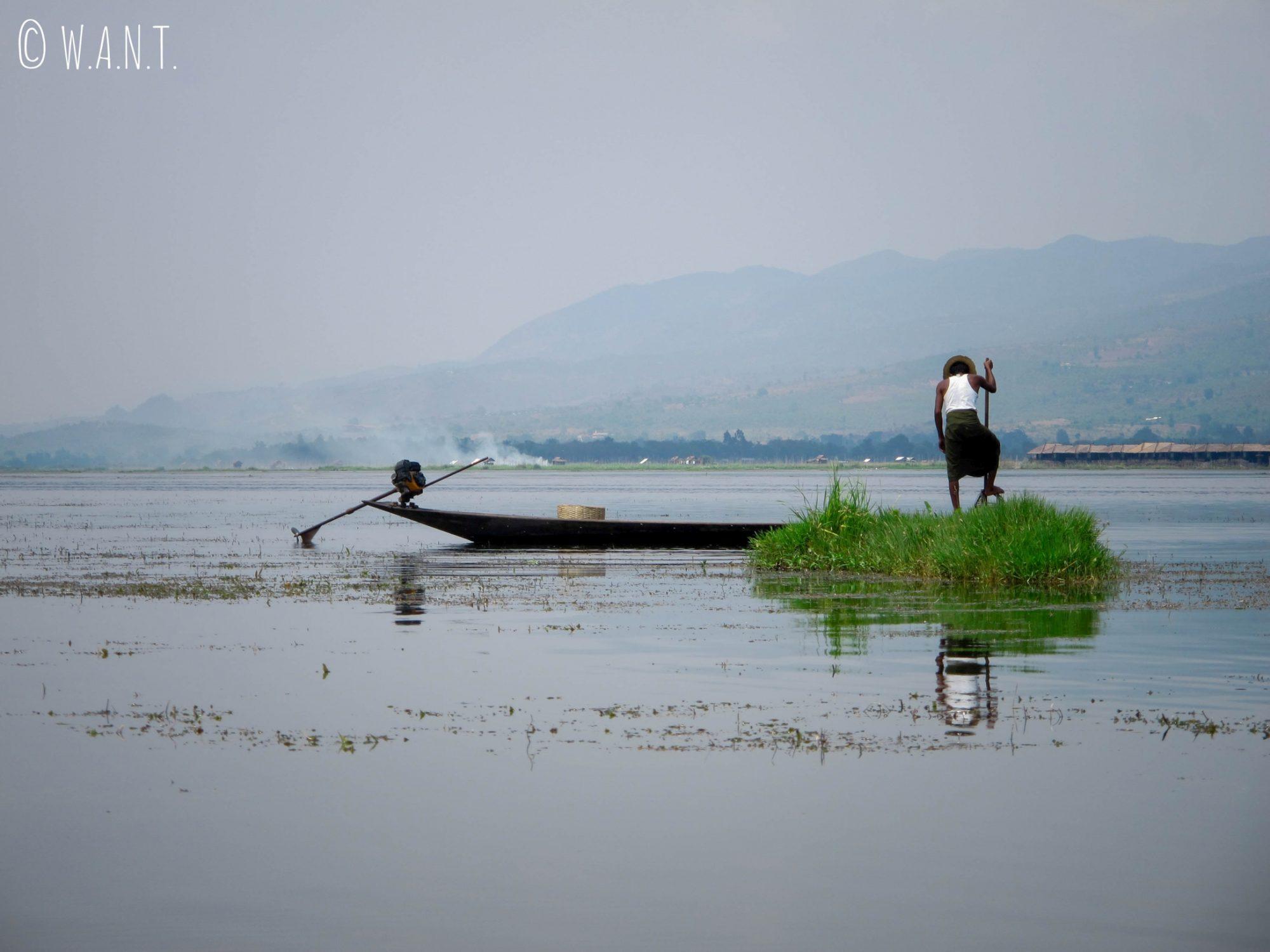 Pêcheur Ithan déposant sa nasse dans le lac
