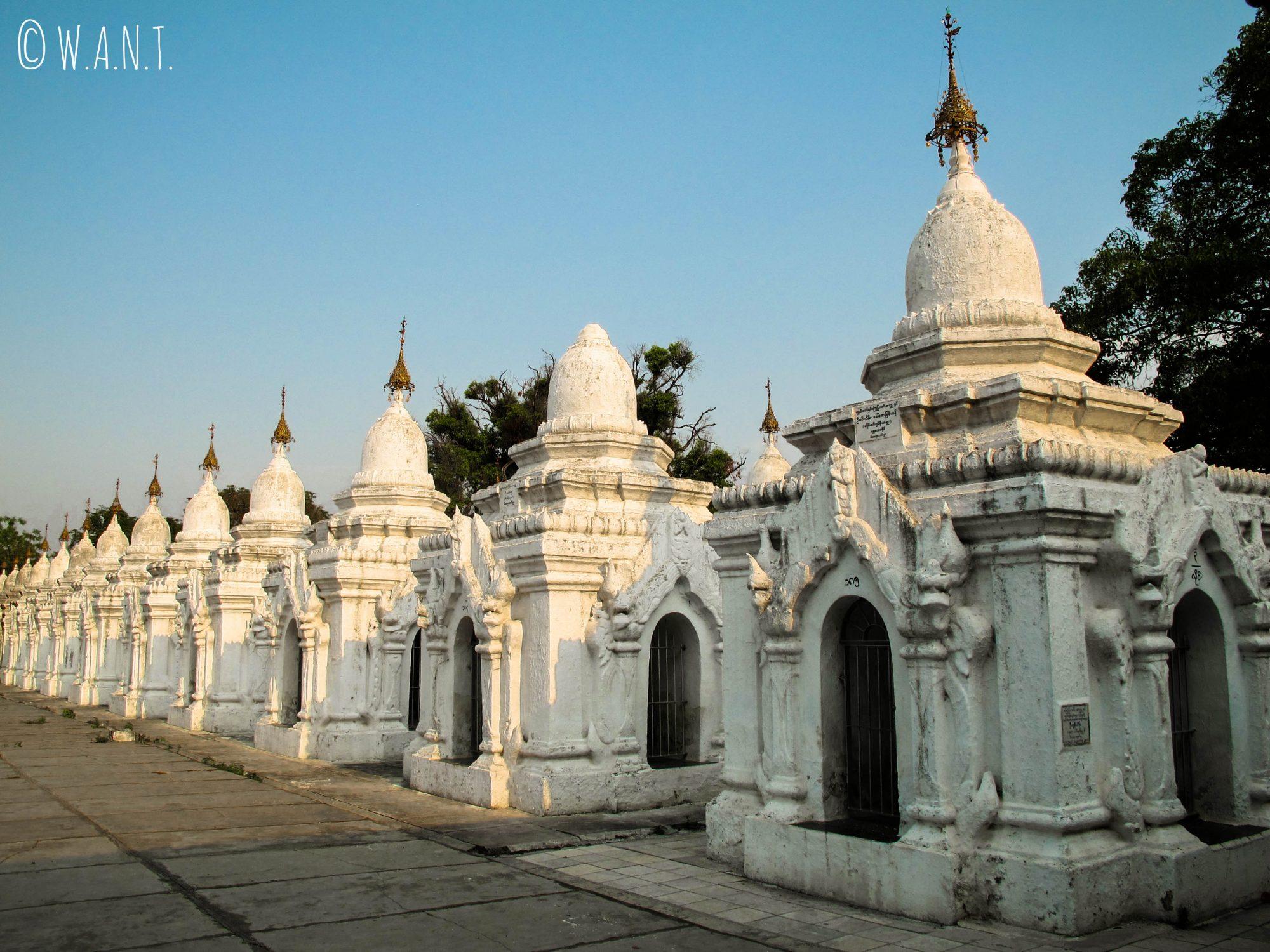 On dénombre 729 stupas au sein de Kuthodaw, abritant le Tripitaka : un texte sacré bouddhique