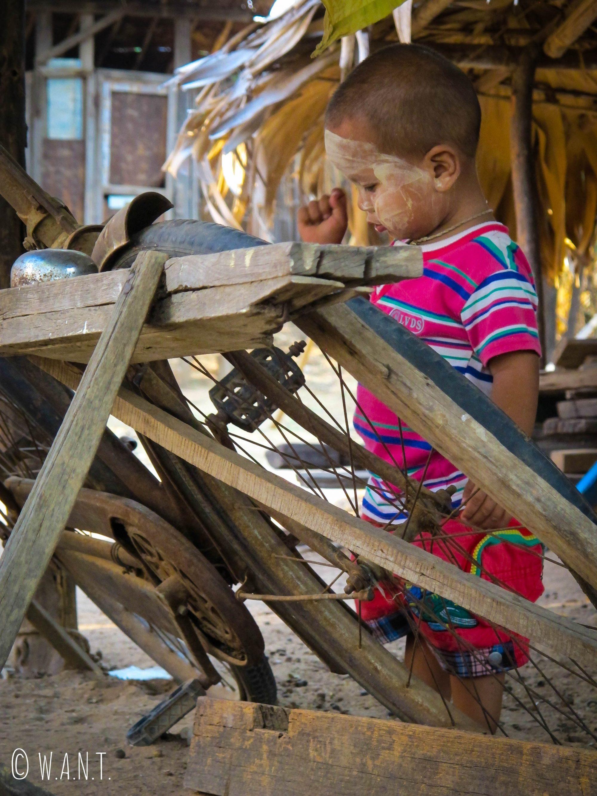 Piu-Piu en train de jouer dans la cour du village