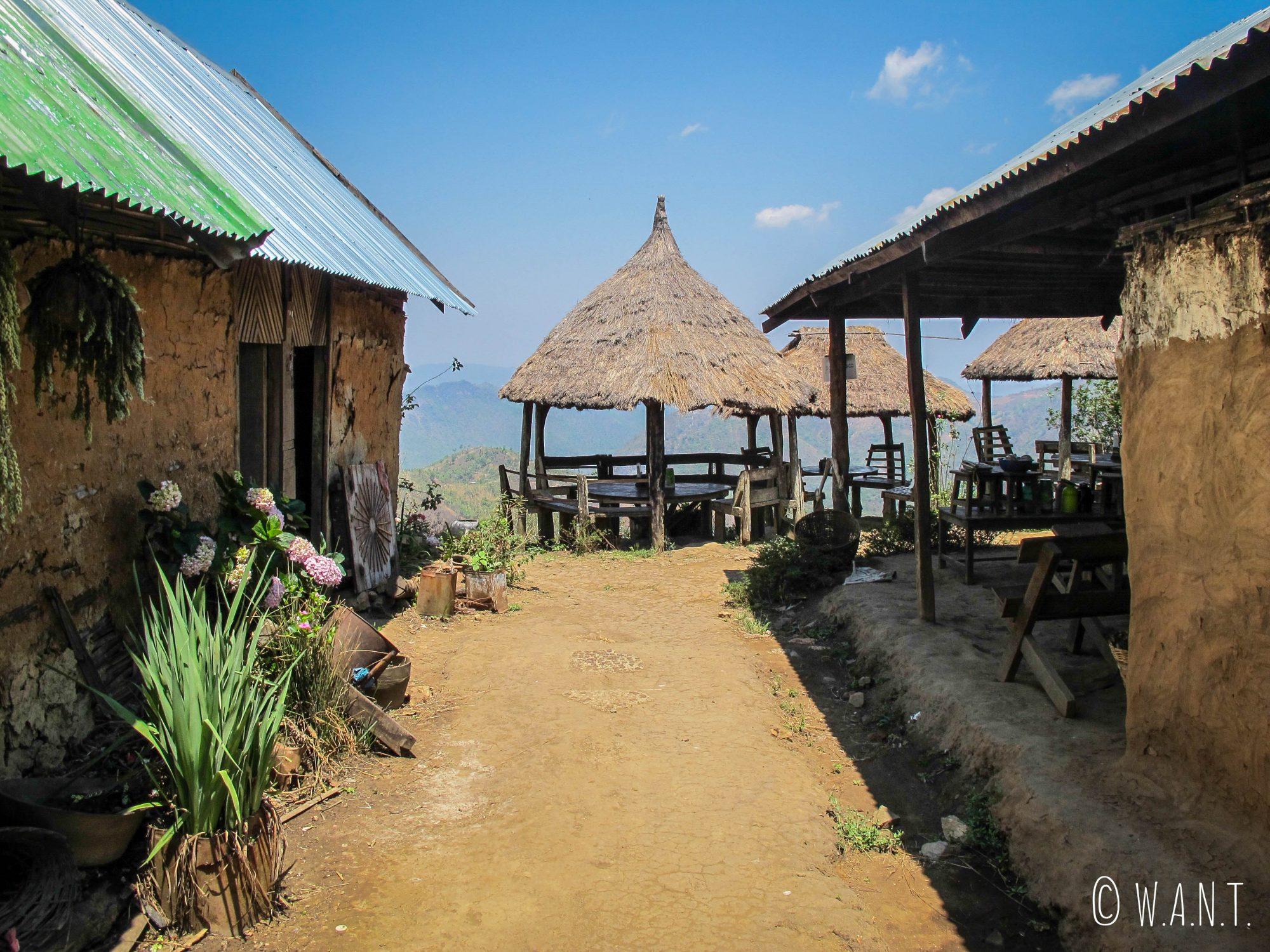 Premier déjeuner dans un restaurant népalais à flanc de colline