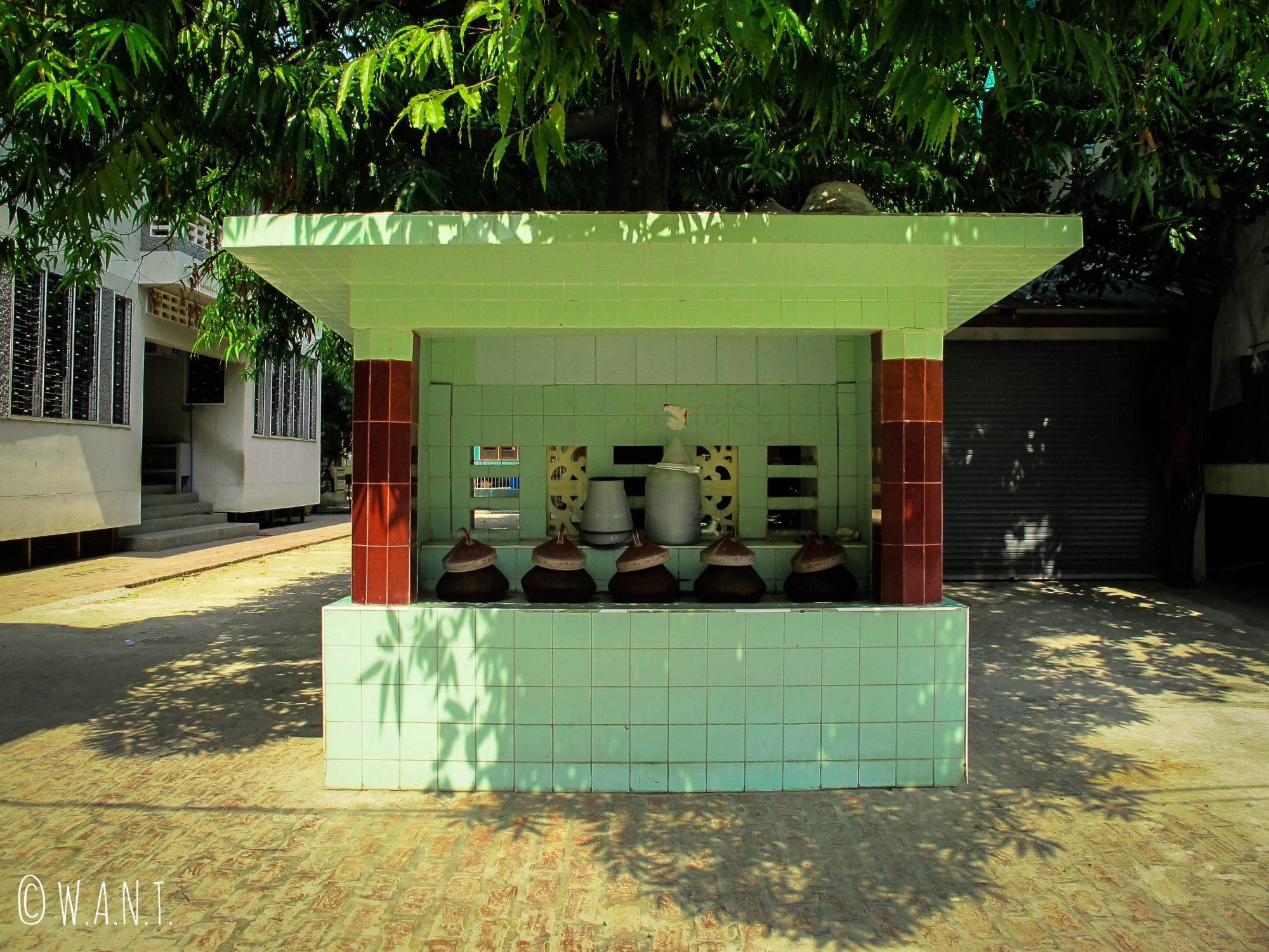 Abreuvoir au monastère Maha Ganayon Kyaung