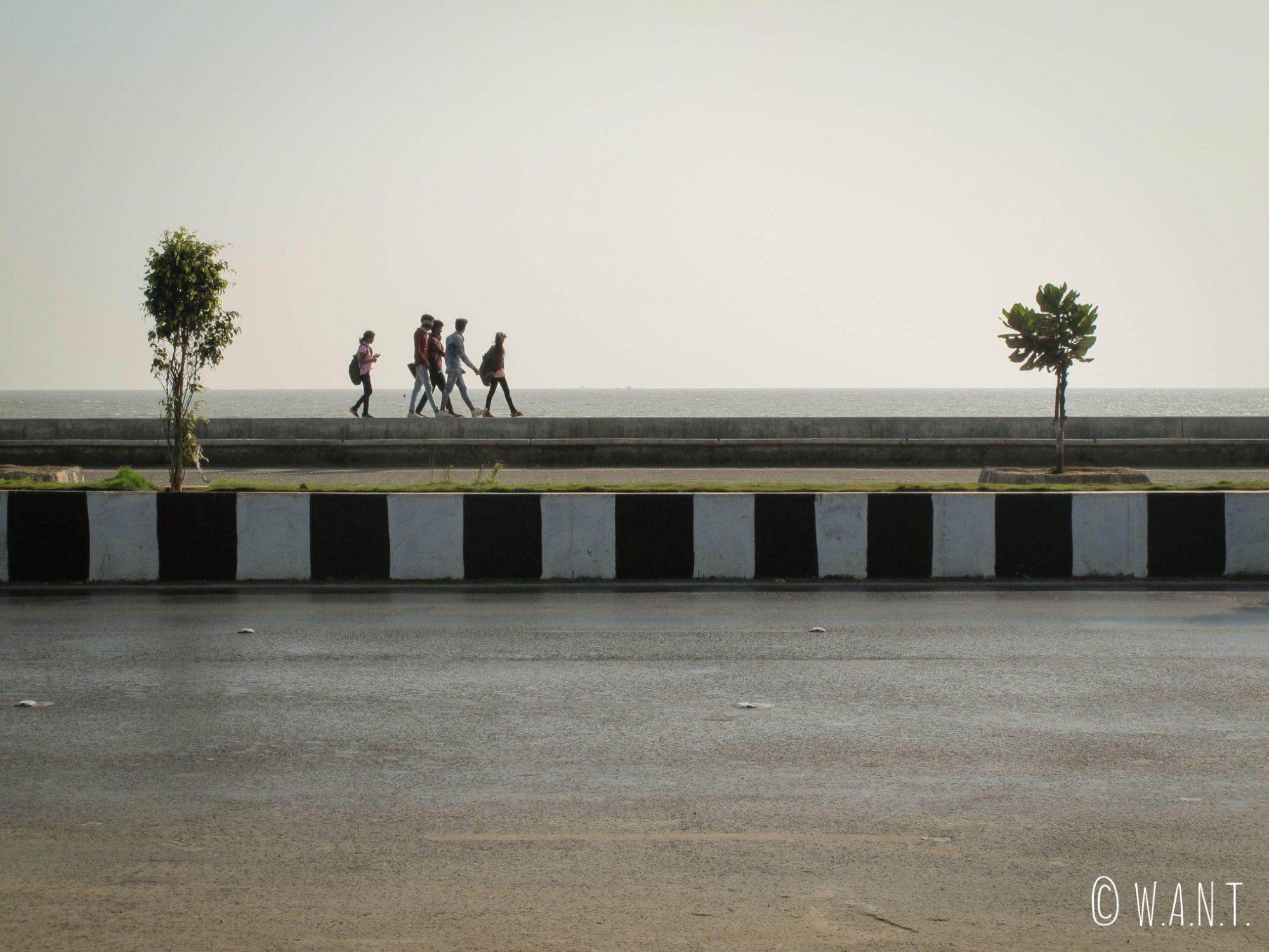 Promeneurs sur Marine Drive en fin de journée
