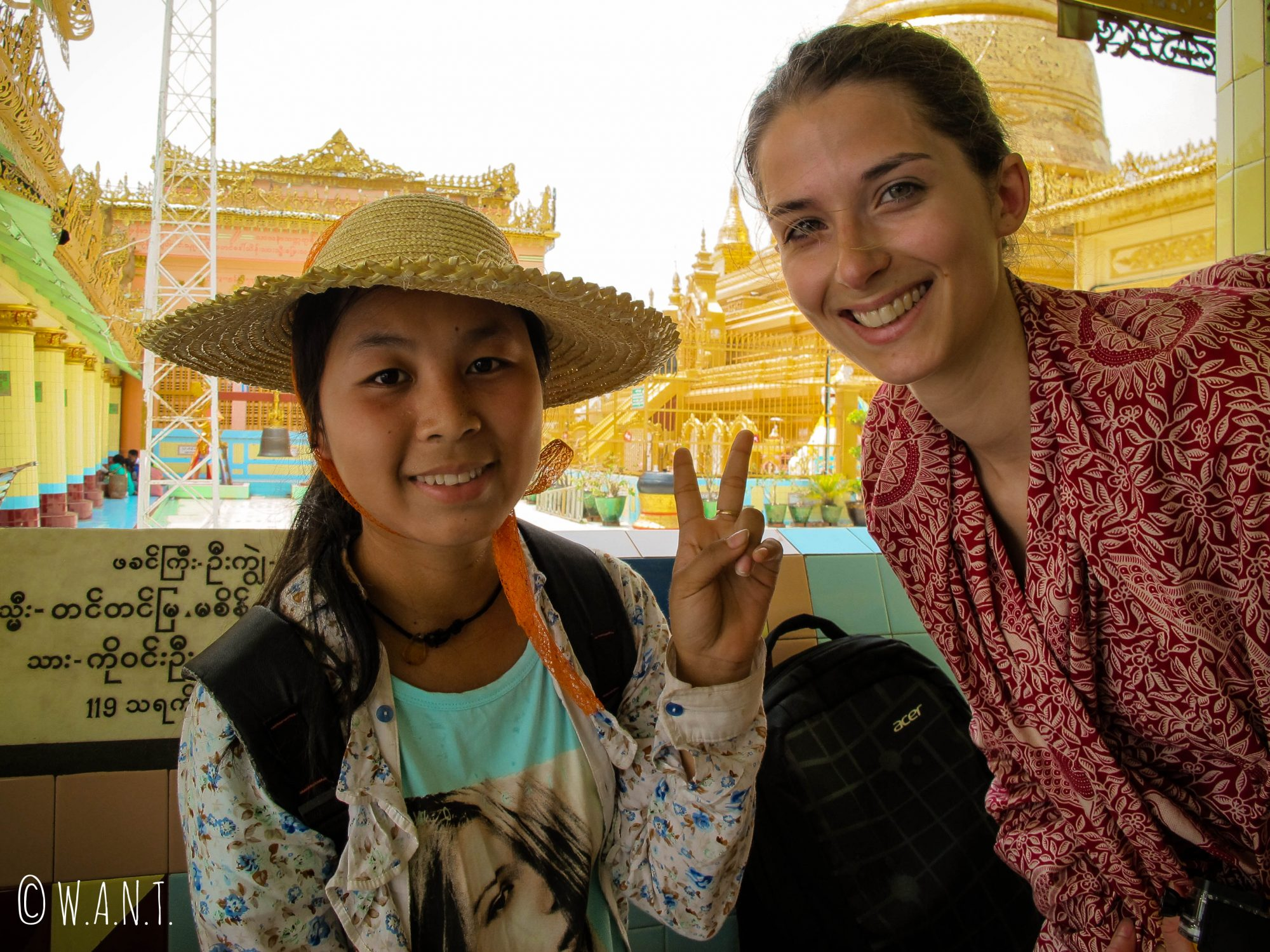 Selfie de Marion à la demande d'une jeune étudiante locale à la pagode Soon U Ponya Shin