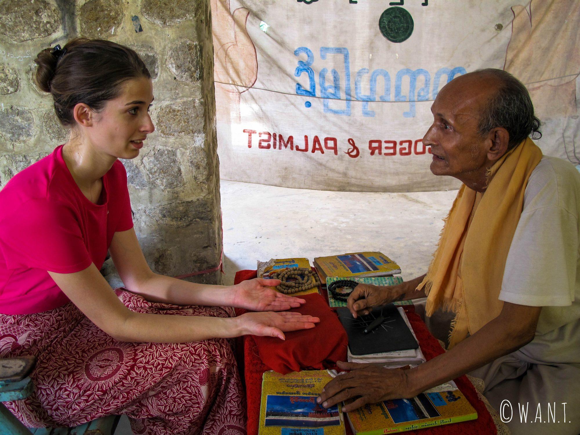 Marion se fait prédire l'avenir par un astrologue d'origine indienne