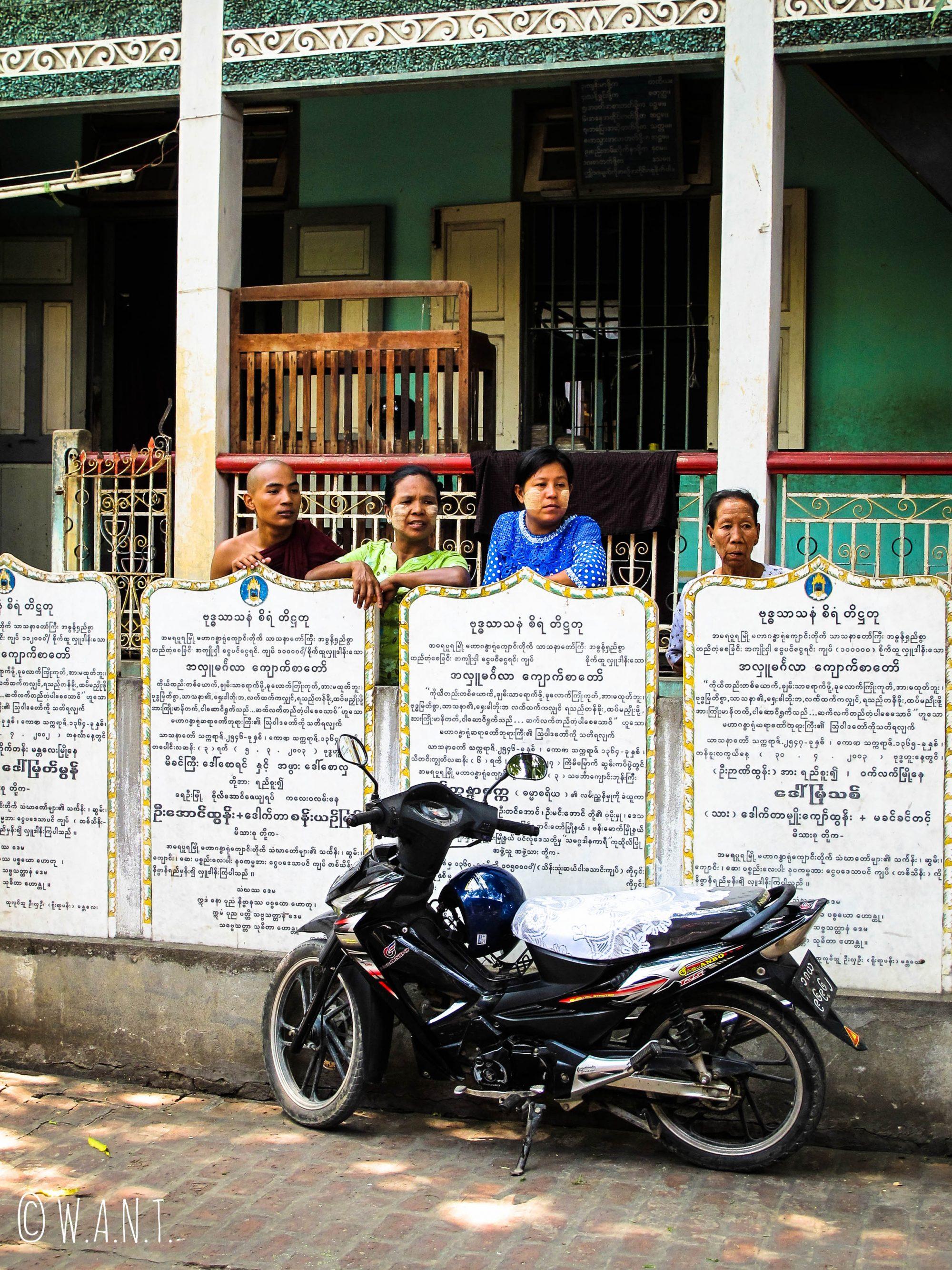 Spectateurs autochtones au monastère Maha Ganayon Kyaung