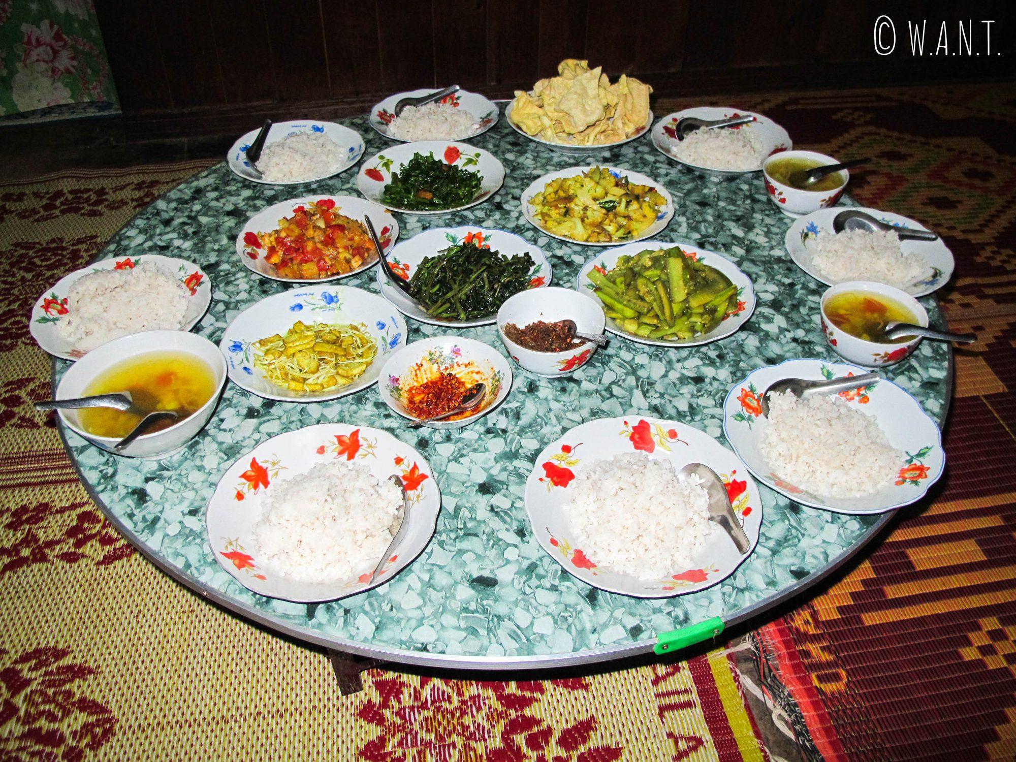 Repas pris en famille devant le feuilleton télévisé local
