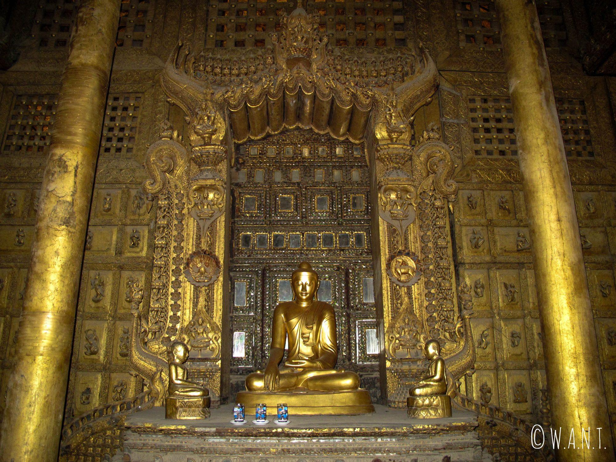 Représentation de Bouddha à l'intérieur du monastère Shwenandaw