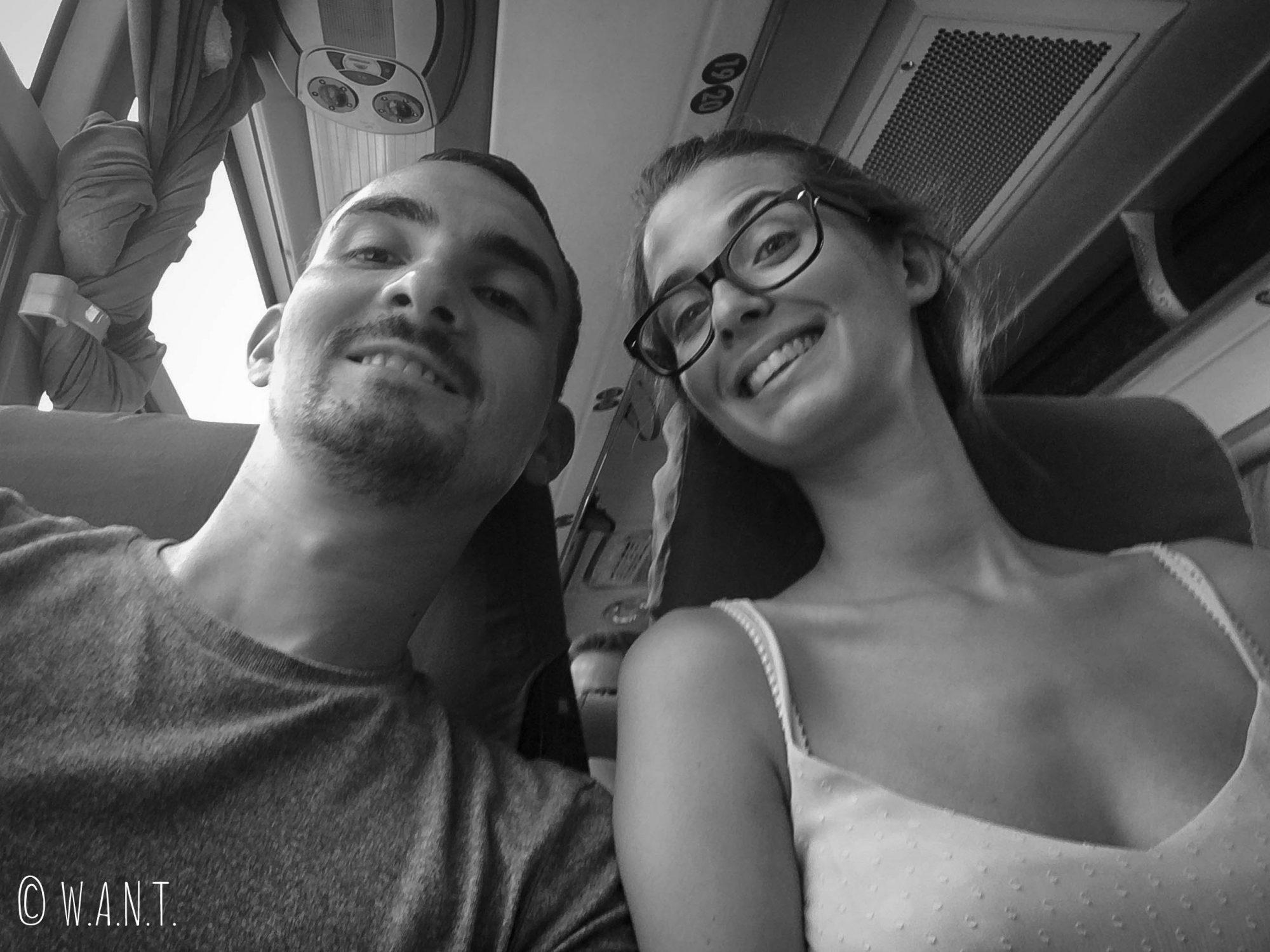Tout sourire avant l'arrivée dans les montagnes, dans le bus de Bagan à Kalaw