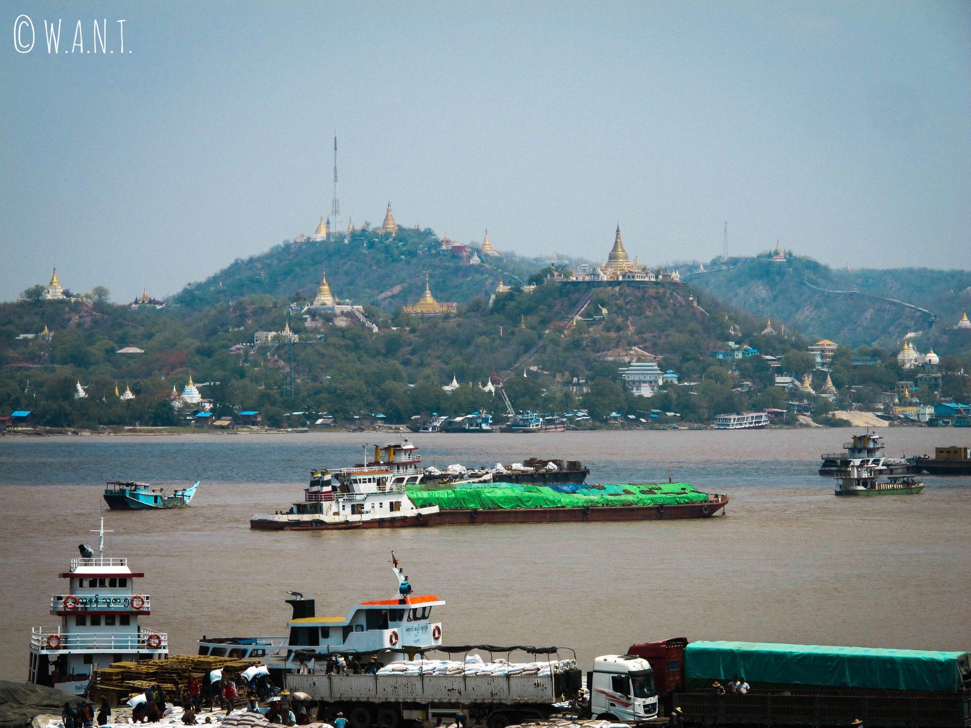 Traversée de l'Irrawaddy pour rejoindre Sagaing : des pagodes à perte de vue
