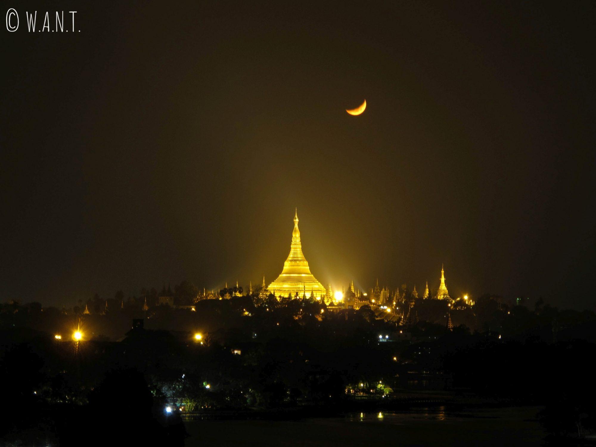 Vue nocturne de la pagode Shwedagon