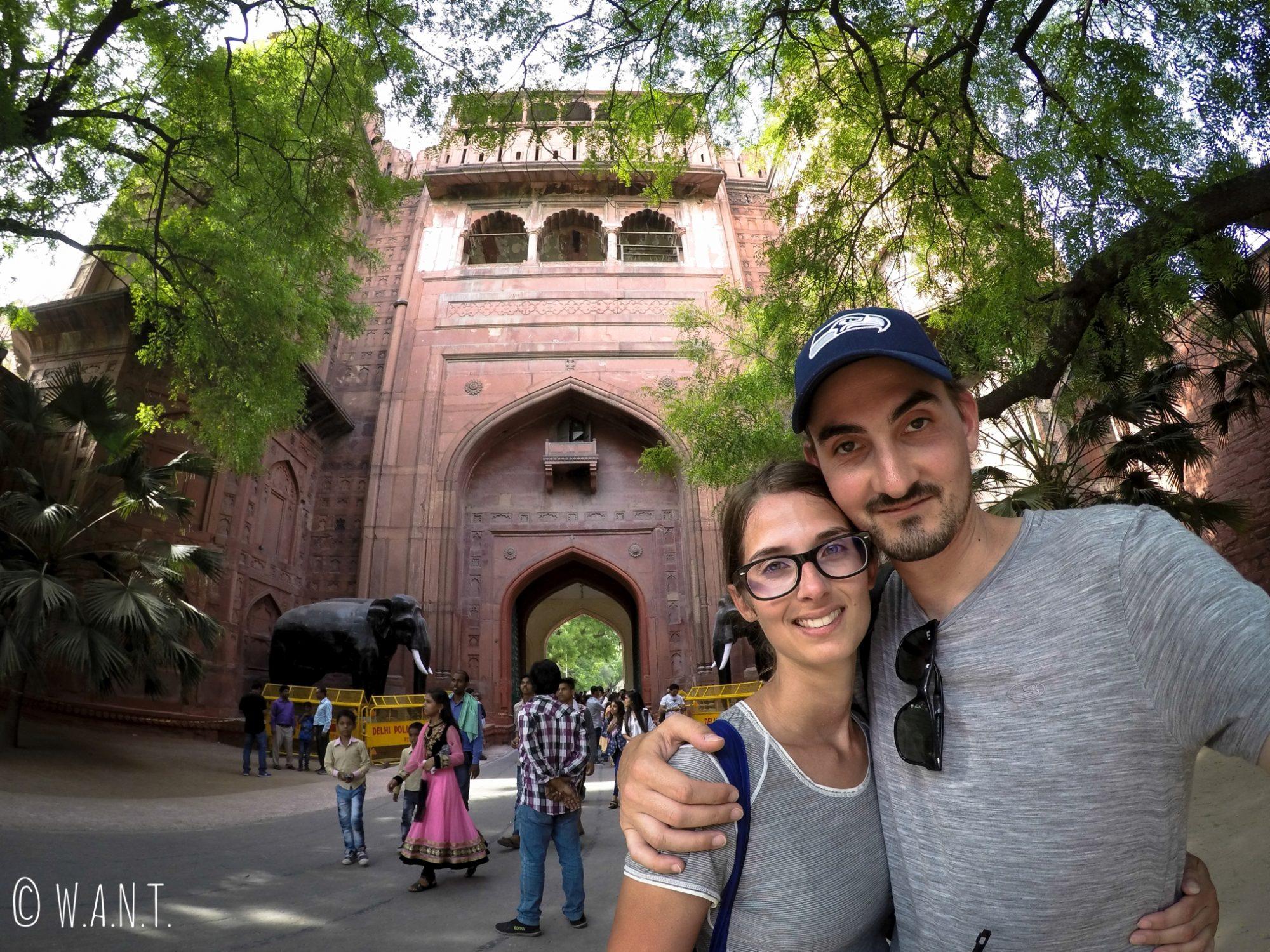 Après avoir pris 53 selfies avec des locaux, il nous en fallait bien un tous les deux devant le Fort Rouge de Delhi