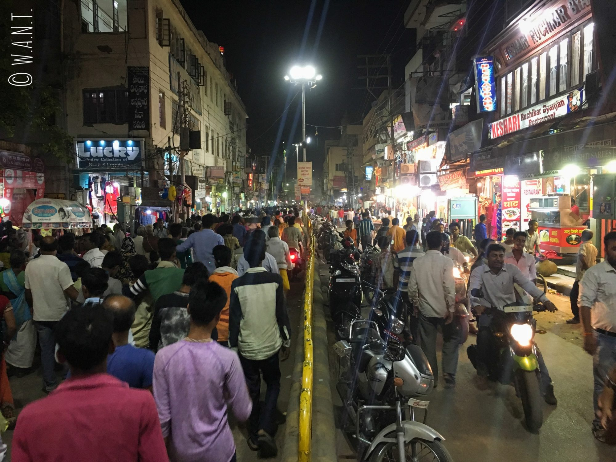 Après la cérémonie de l'aarti sur le Dashashwamedh ghat, la foule tente de se disperser dans les rues de Varanasi