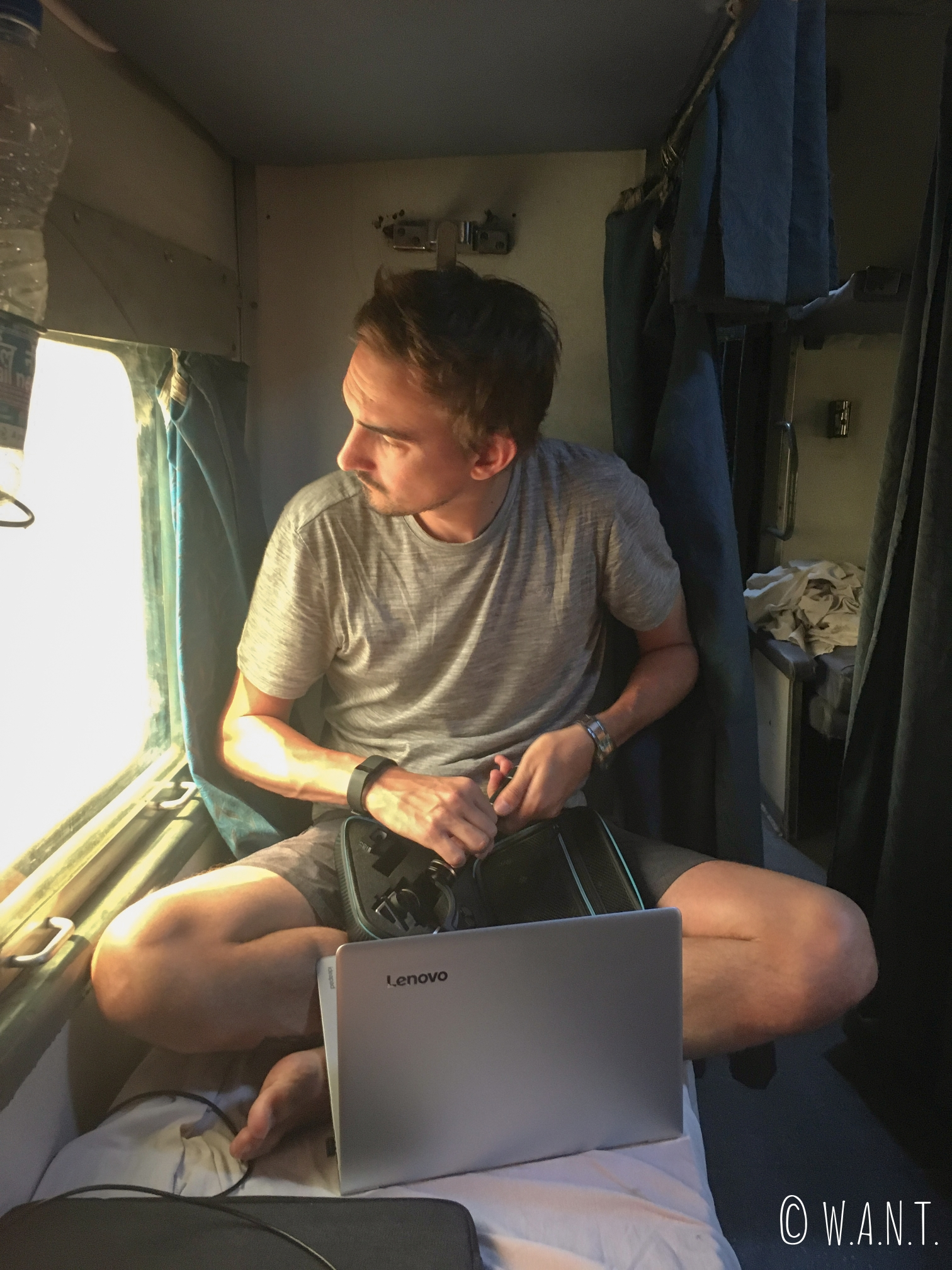 Benjamin profite du voyage en train pour nettoyer son matériel GoPro