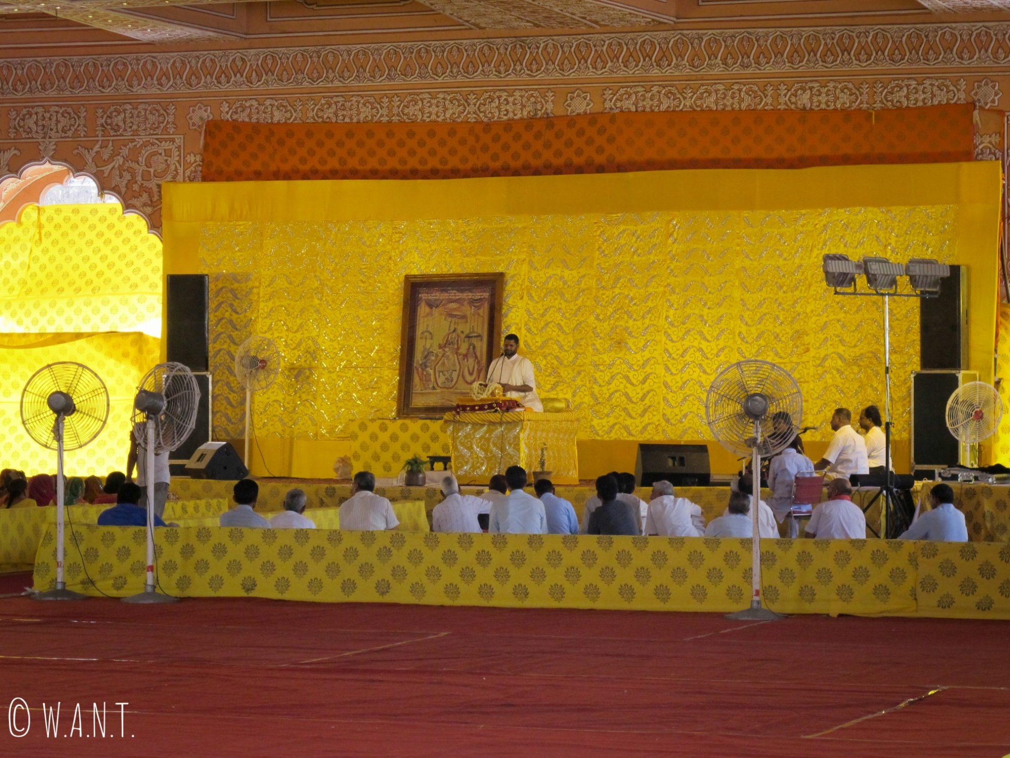 Cérémonie hindou en cours au temple Govind Devji à Jaipur