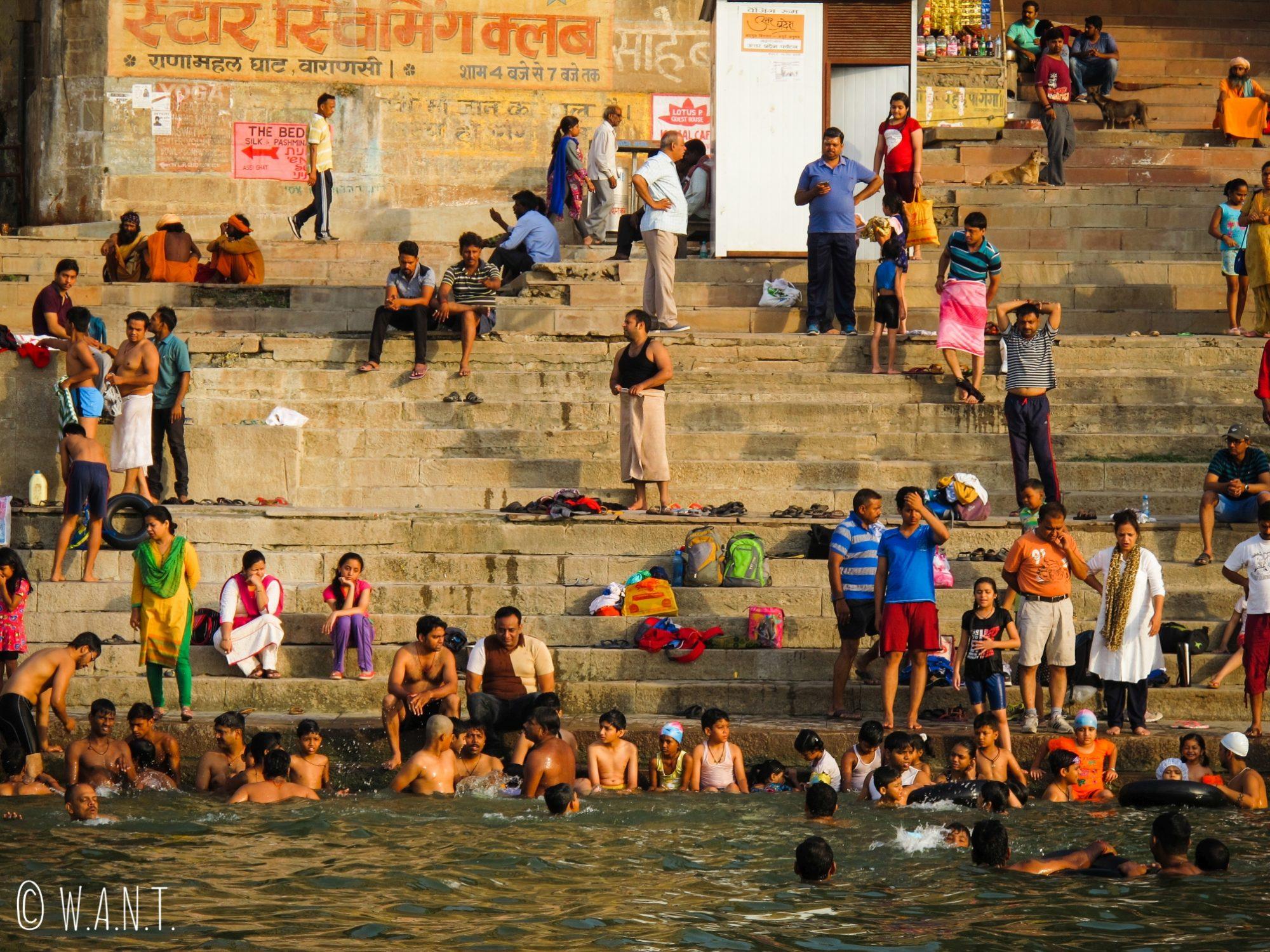 Dès le lever du soleil, les locaux commencent leur journée au bord du Gange
