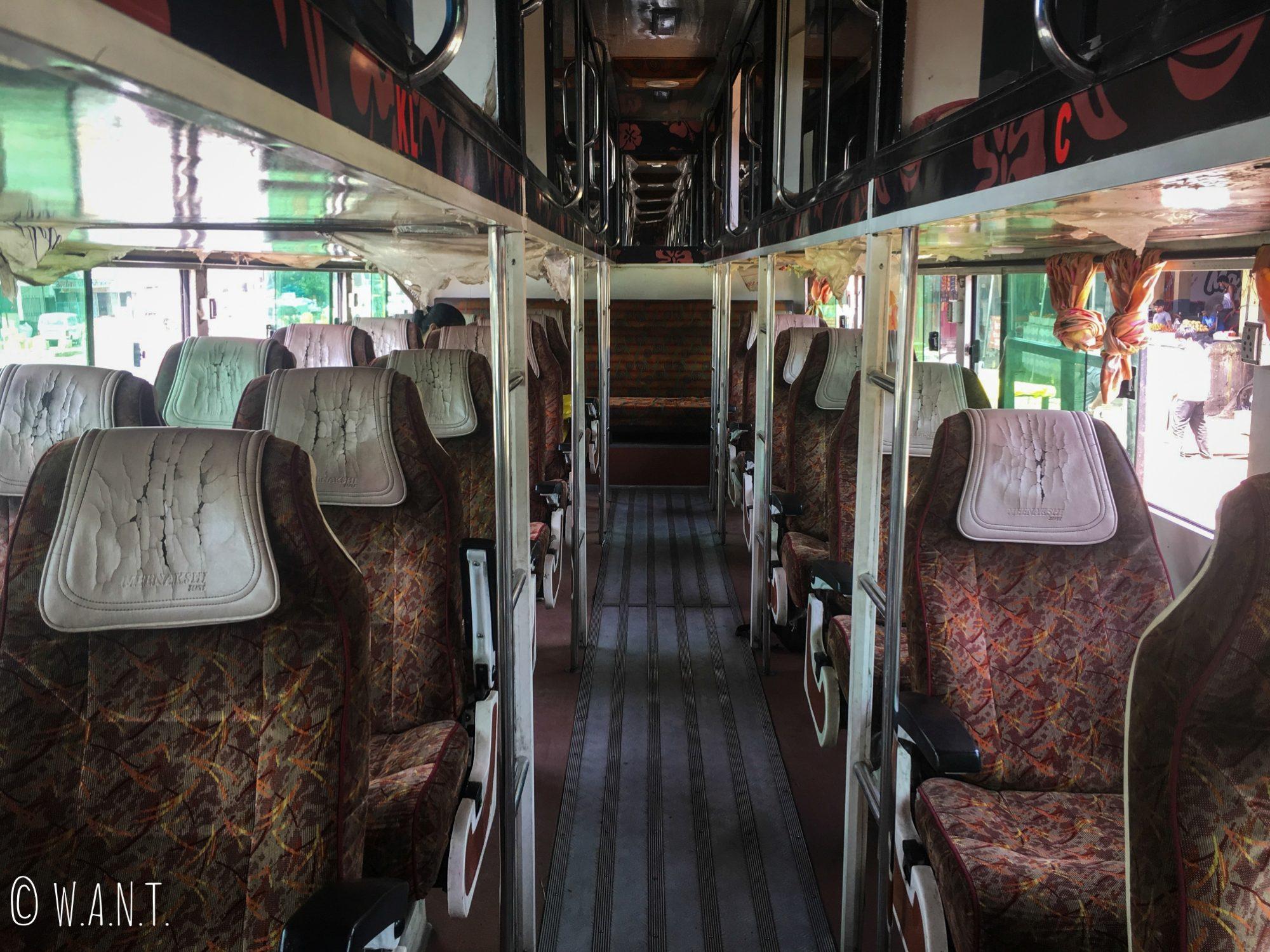 Dans les bus indiens non-climatisés, il y a des places assises ainsi que des couchettes