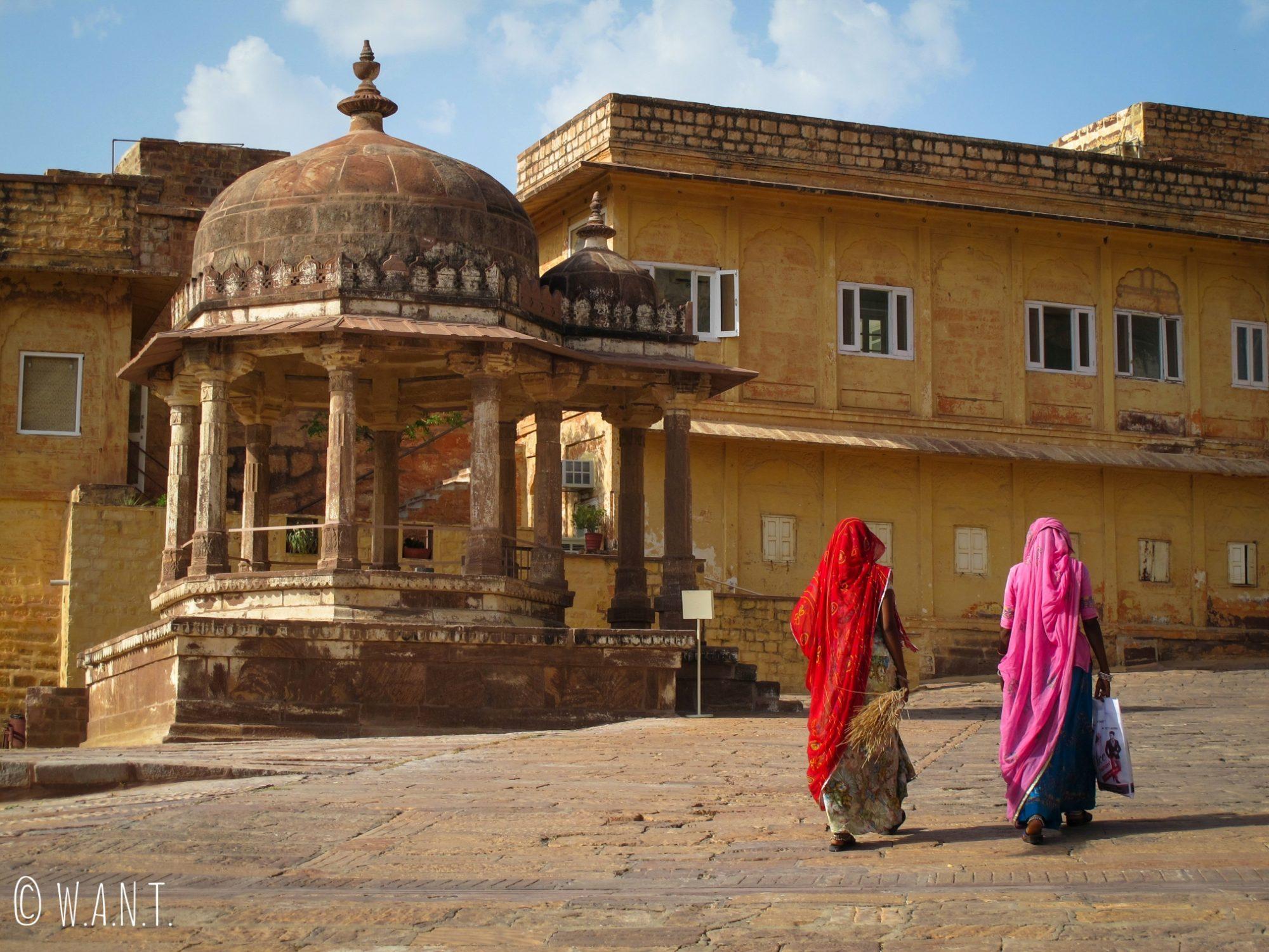 Deux femmes marchent dans l'enceinte du Fort de Mehrangarh