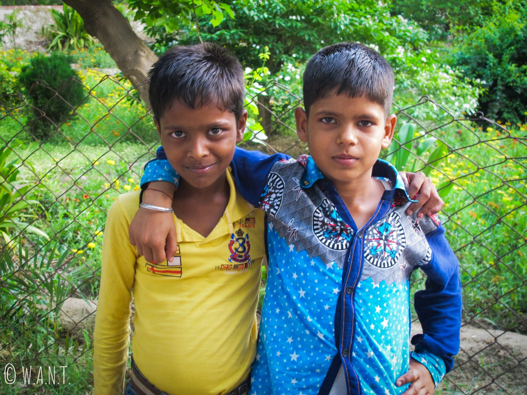 Deux jeunes garçons rencontrés dans le parc Shahjahan à Agra