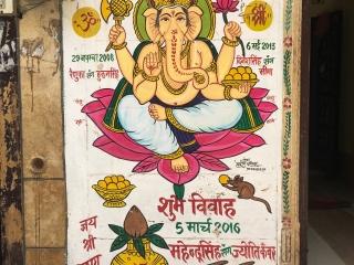 Devant chaque maison, l'éffigie protectrice de Ganesh et les dates importantes du foyer