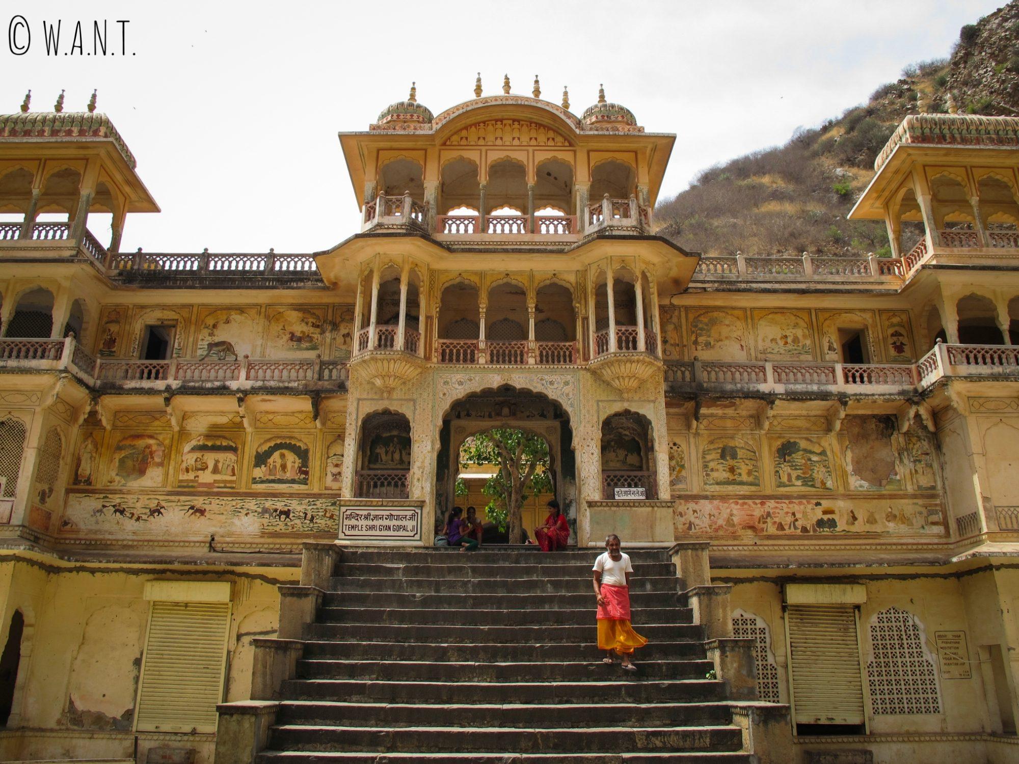En se déchaussant et en gravissant ces quelques marches, il est possible d'entrer dans ce temple du Monkey temple