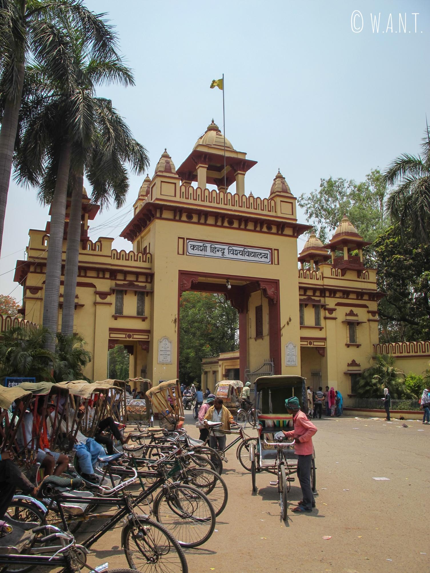 Entrée du complexe universitaire de Varanasi, Banaras Hindu