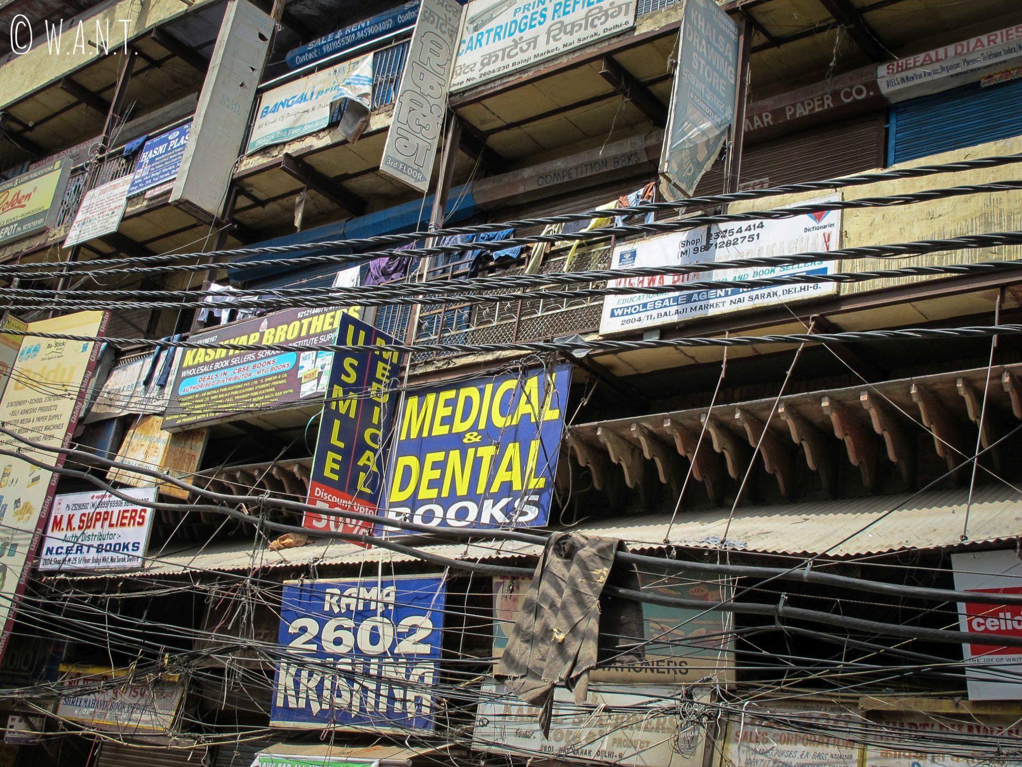 Façades de maison dans les rues de Delhi