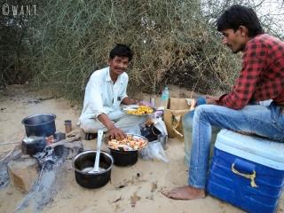 Harkha nous prépare un excellent dîner à base de légumes en sauce, de dalh et de riz